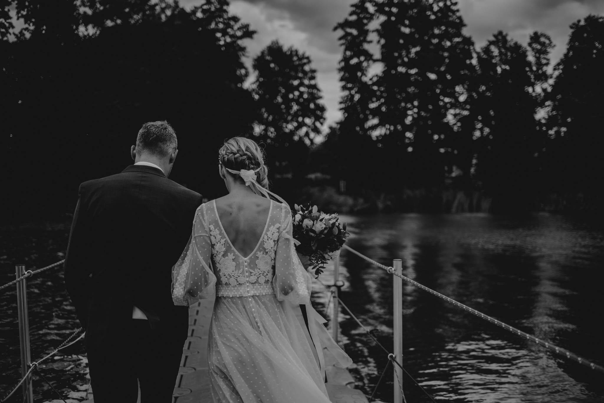 Narzeczeni spacerują nad wodą - sesja ślubna na Wyspie Św. Edwarda Zaniemyśl