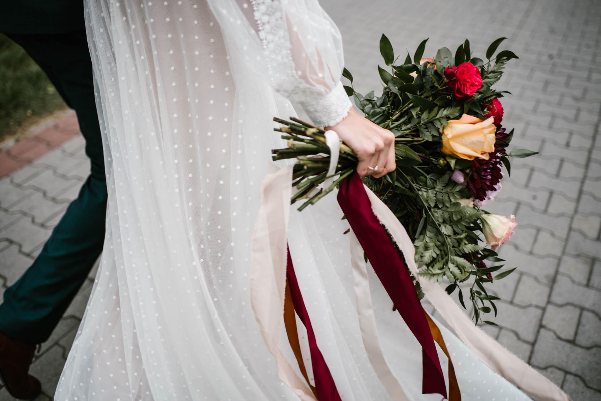 Panna młoda trzyma bukiet kwiatów - sesja ślubna na Wyspie Św. Edwarda Zaniemyśl