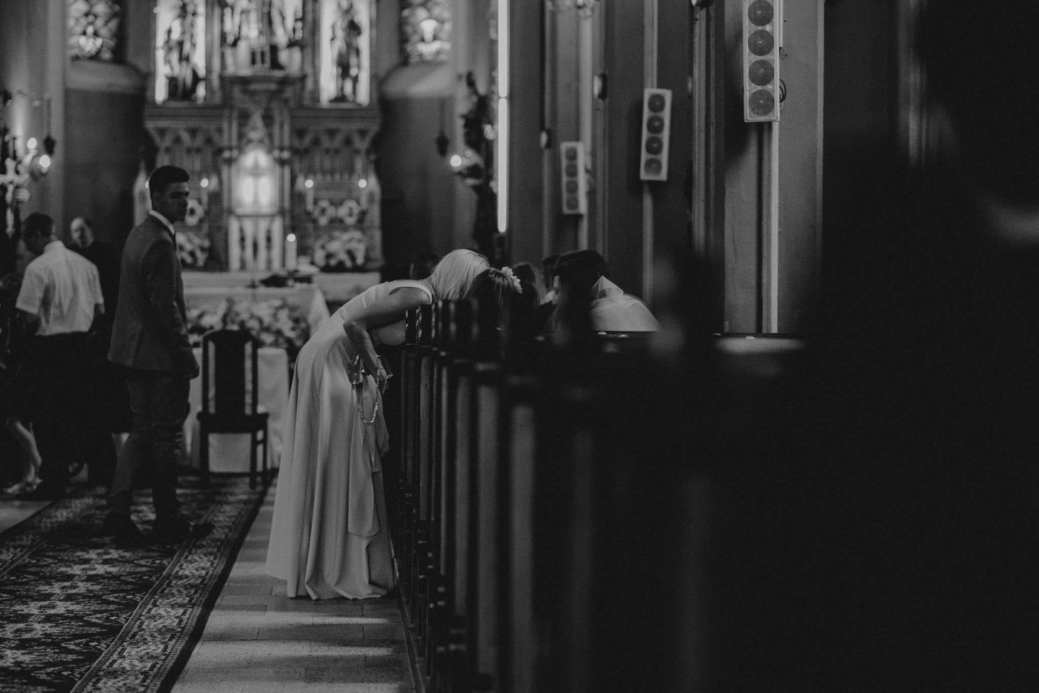 Goście weselni rozmawiają ze sobą w kościele - sesja ślubna na Wyspie Św. Edwarda Zaniemyśl