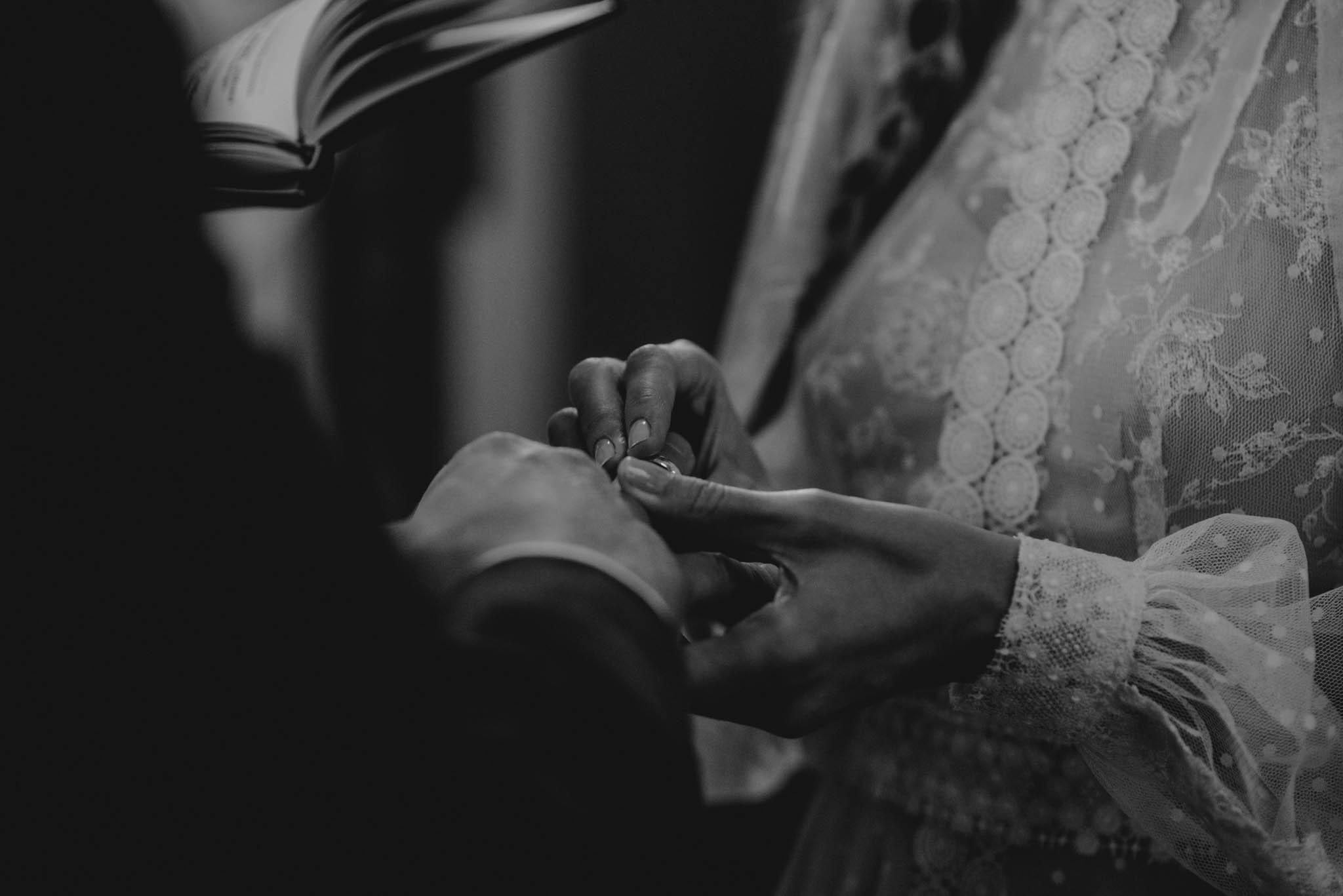 Panna młoda zakłada obrączkę panu młodemu - sesja ślubna na Wyspie Św. Edwarda Zaniemyśl
