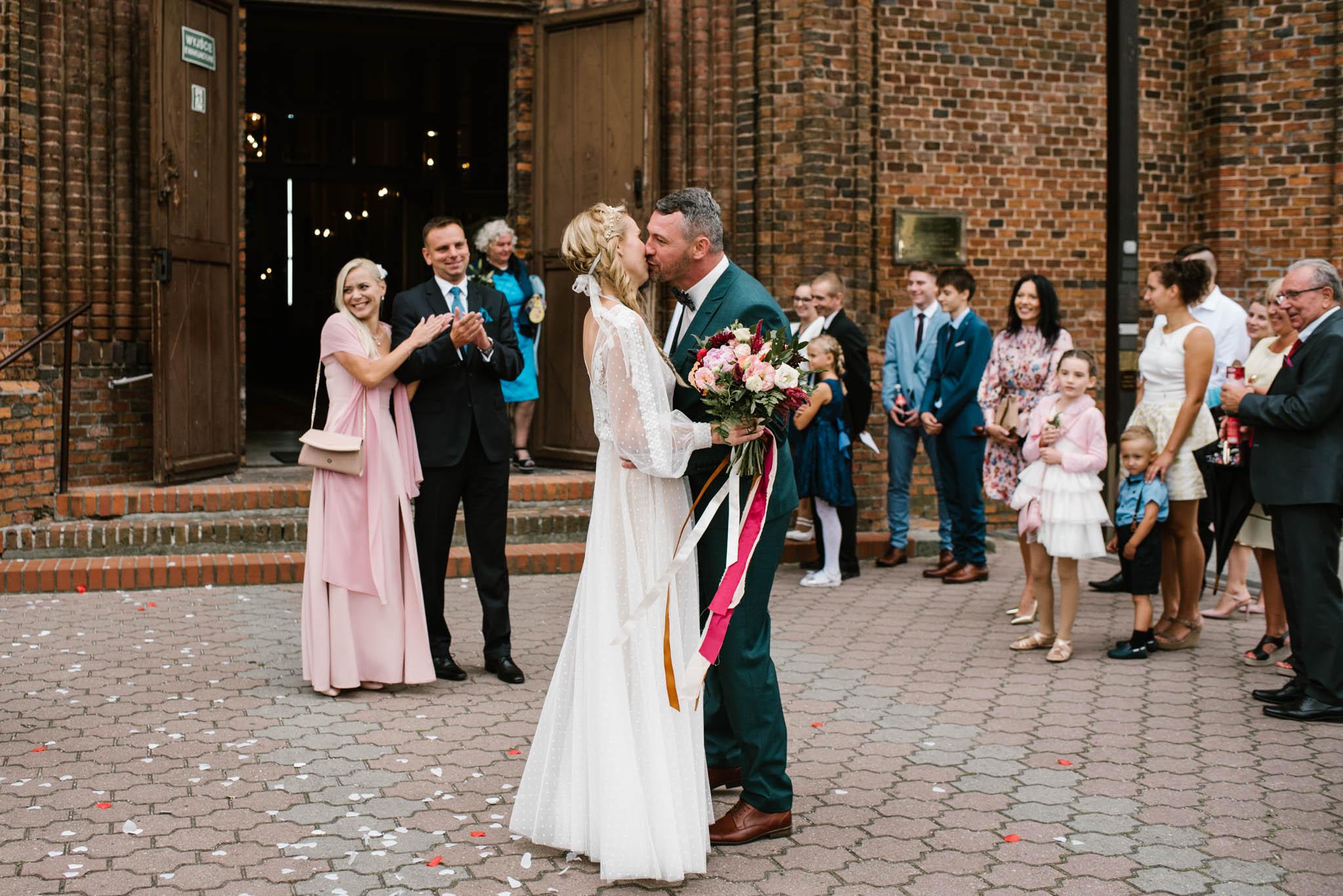 Mąż całuje swoją żonę - sesja ślubna na Wyspie Św. Edwarda Zaniemyśl
