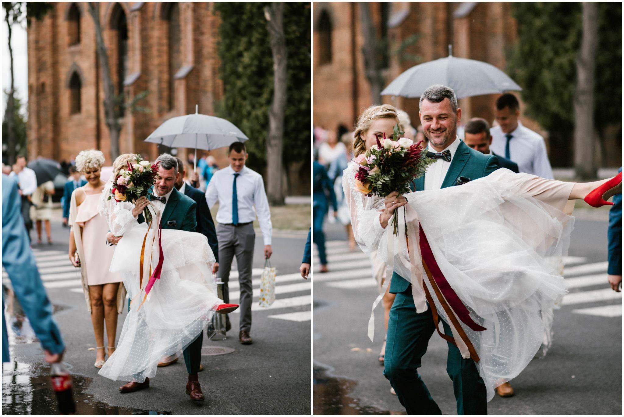 Mąż trzyma żonę na rękach - sesja ślubna na Wyspie Św. Edwarda Zaniemyśl