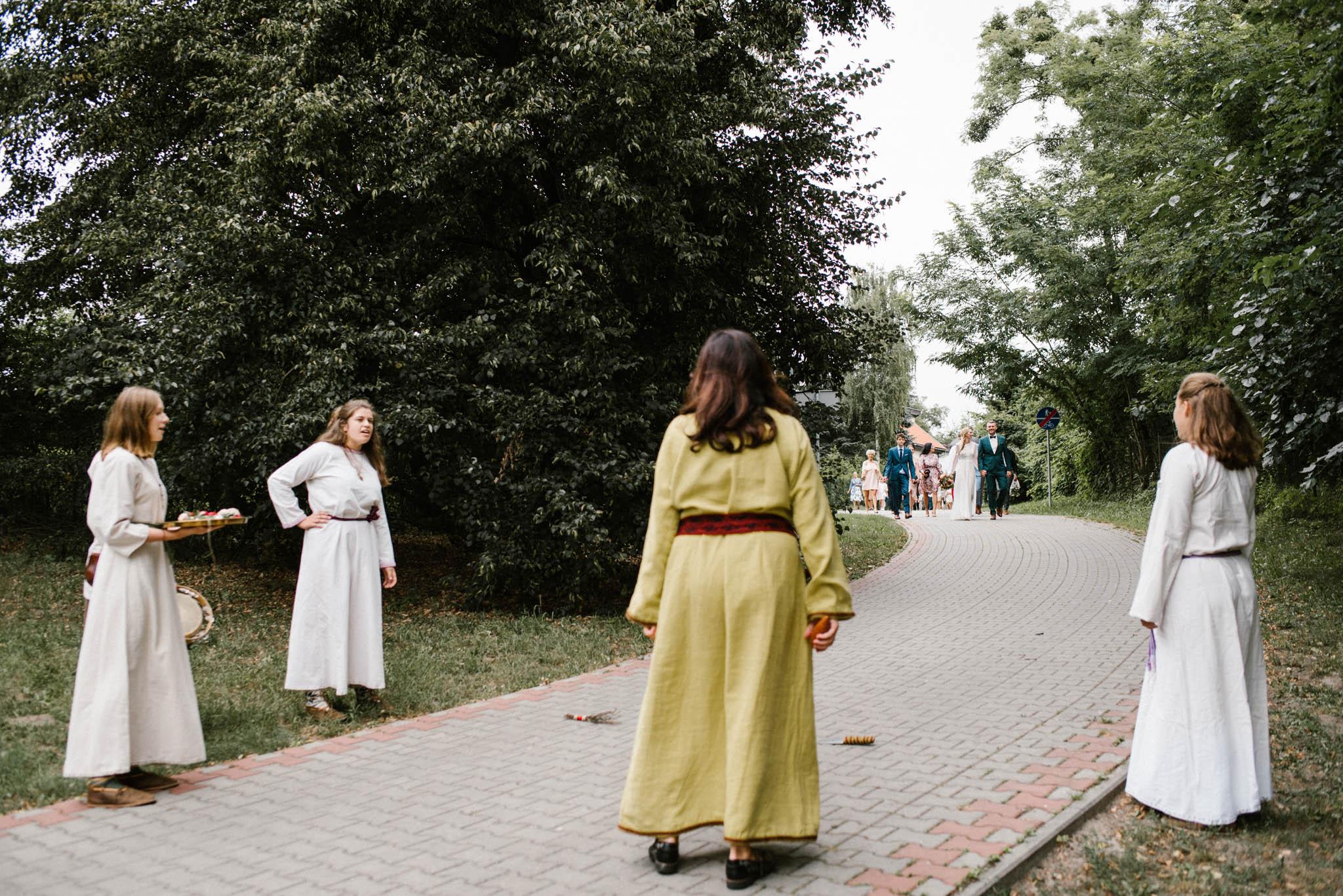Kelnerki czekają na parę młodą - sesja ślubna na Wyspie Św. Edwarda Zaniemyśl