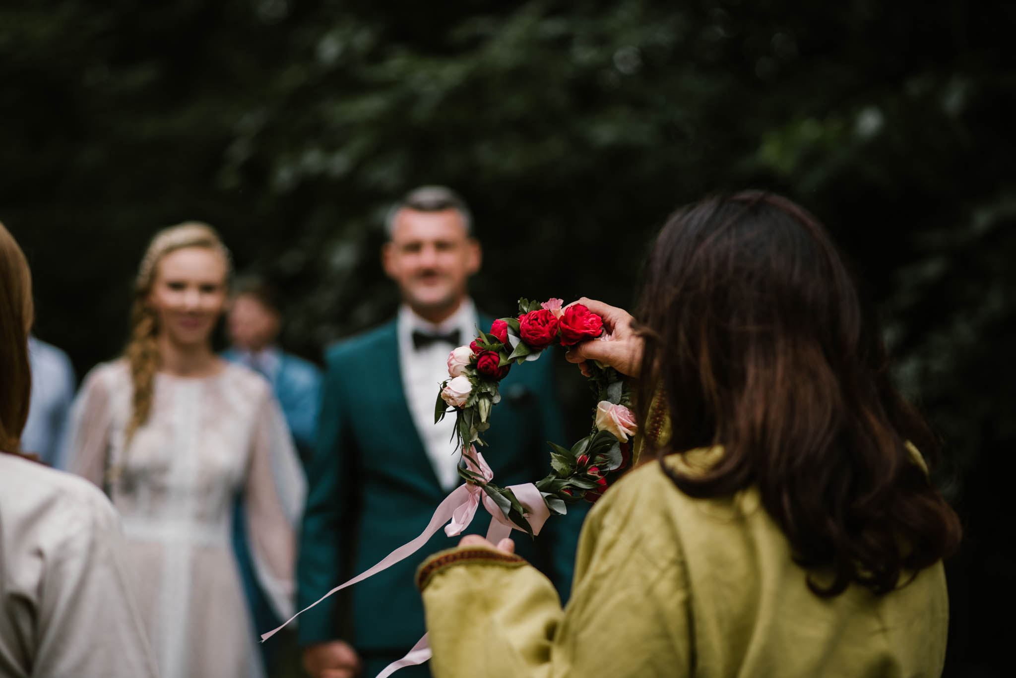 Państwo młodzi witani są przez obsługę - sesja ślubna na Wyspie Św. Edwarda Zaniemyśl