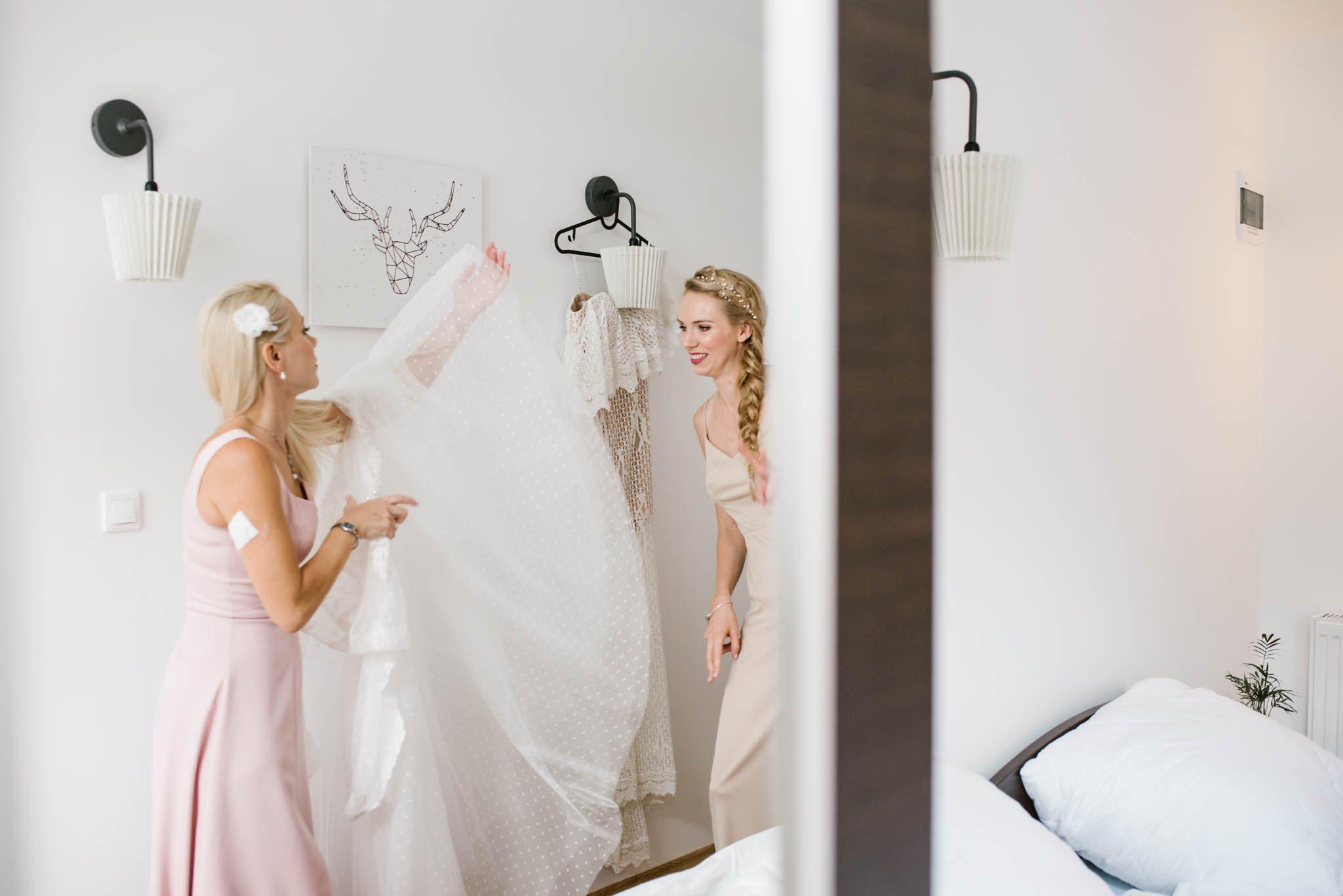 Panna młoda ogląda suknię ślubną - sesja ślubna na Wyspie Św. Edwarda Zaniemyśl