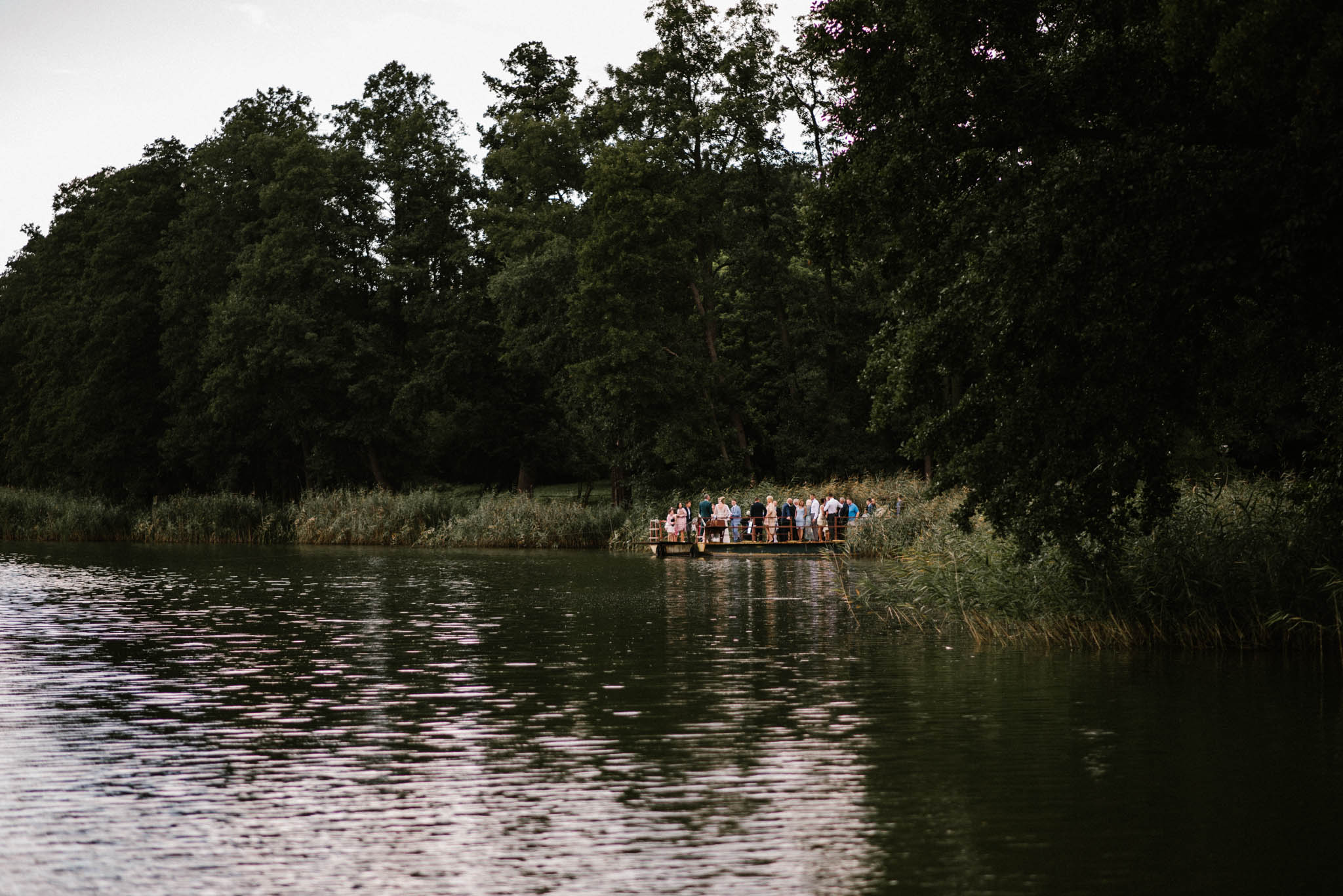 Państwo młodzi z gośćmi czekają na prom - sesja ślubna na Wyspie Św. Edwarda Zaniemyśl