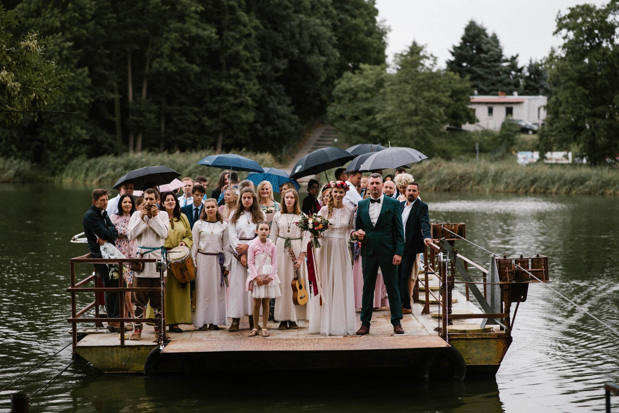 Prom z gośćmi dobija do brzegu - sesja ślubna na Wyspie Św. Edwarda Zaniemyśl