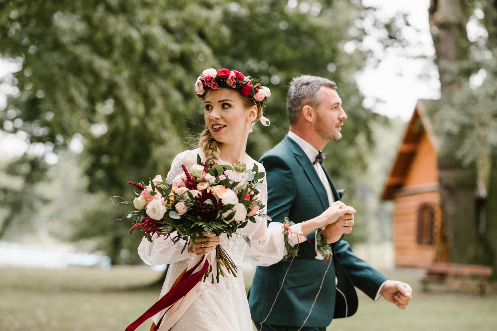Para młoda idzie trzymając się za ręce - sesja ślubna na Wyspie Św. Edwarda Zaniemyśl