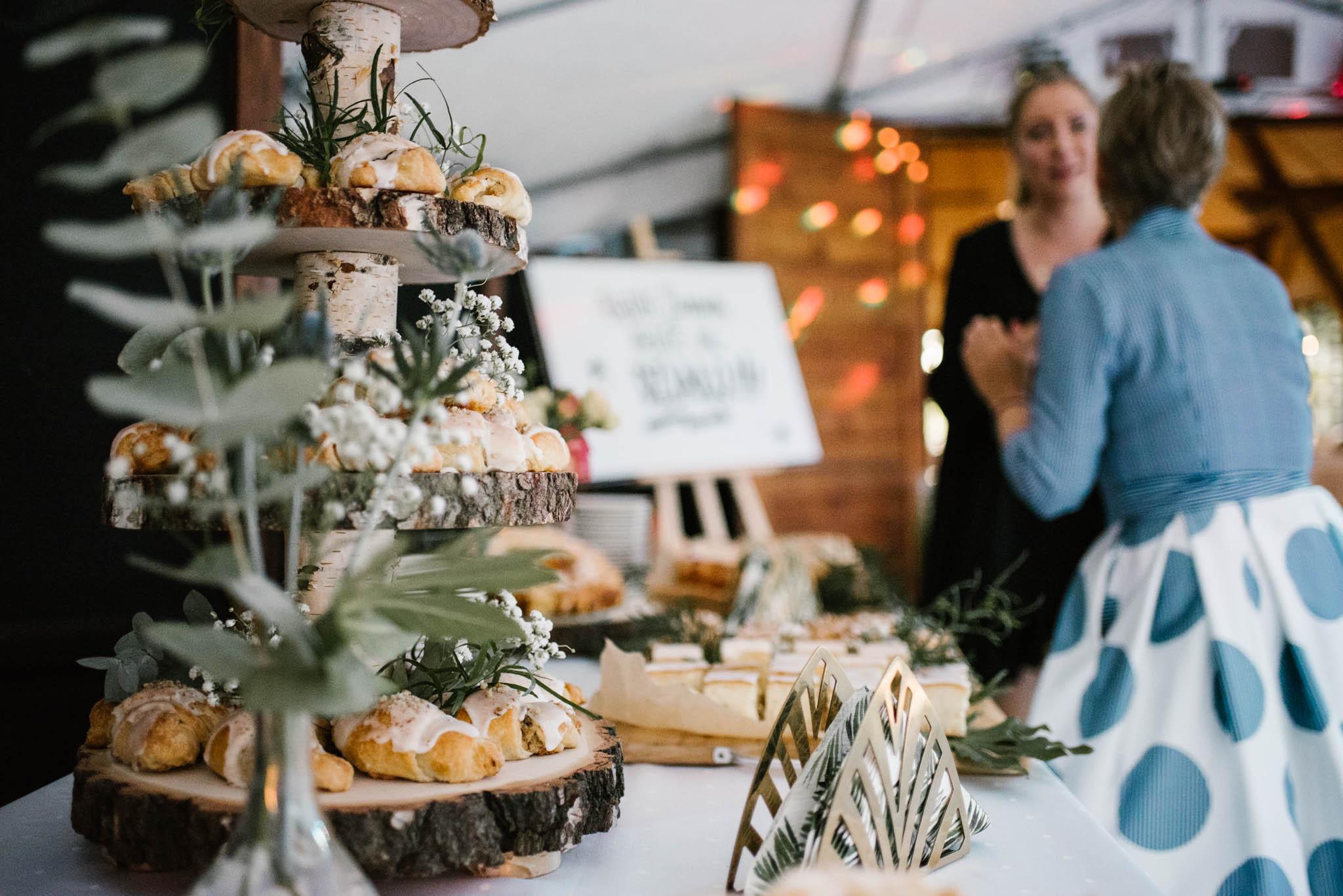 Rogaliki na stoliku na weselu - sesja ślubna na Wyspie Św. Edwarda Zaniemyśl