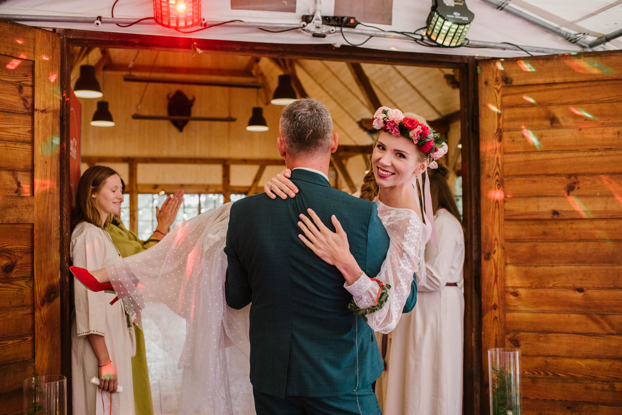 Pan młody bierze panią młodą na ręce - sesja ślubna na Wyspie Św. Edwarda Zaniemyśl