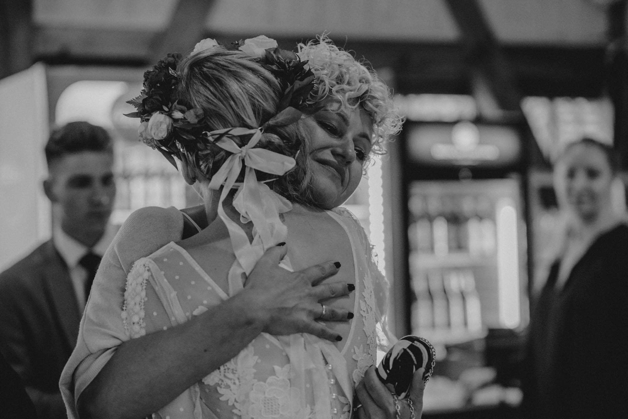 Goście składają życzenia pani młodej - sesja ślubna na Wyspie Św. Edwarda Zaniemyśl