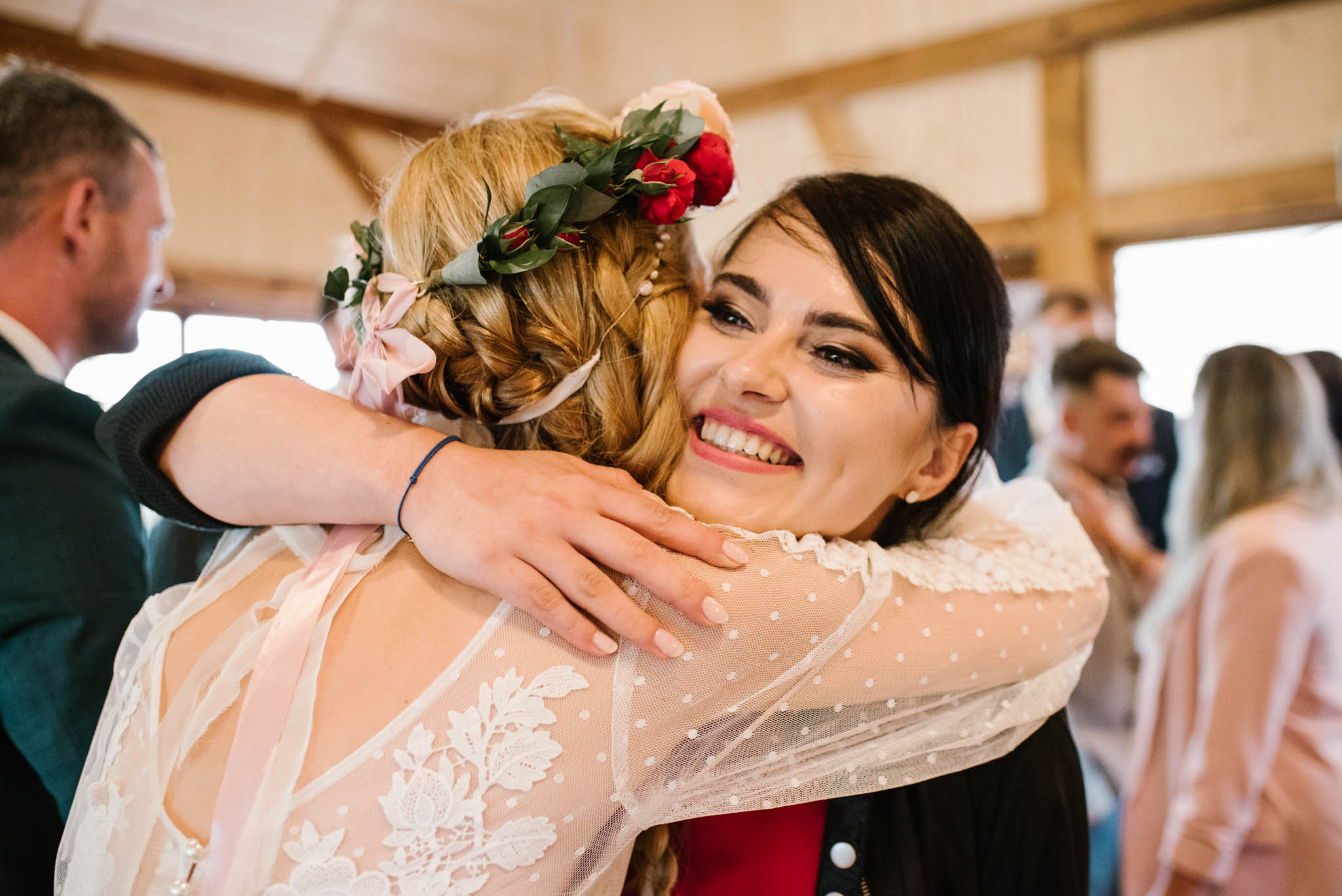 Panna młoda przyjmuje życzenia od gości - sesja ślubna na Wyspie Św. Edwarda Zaniemyśl