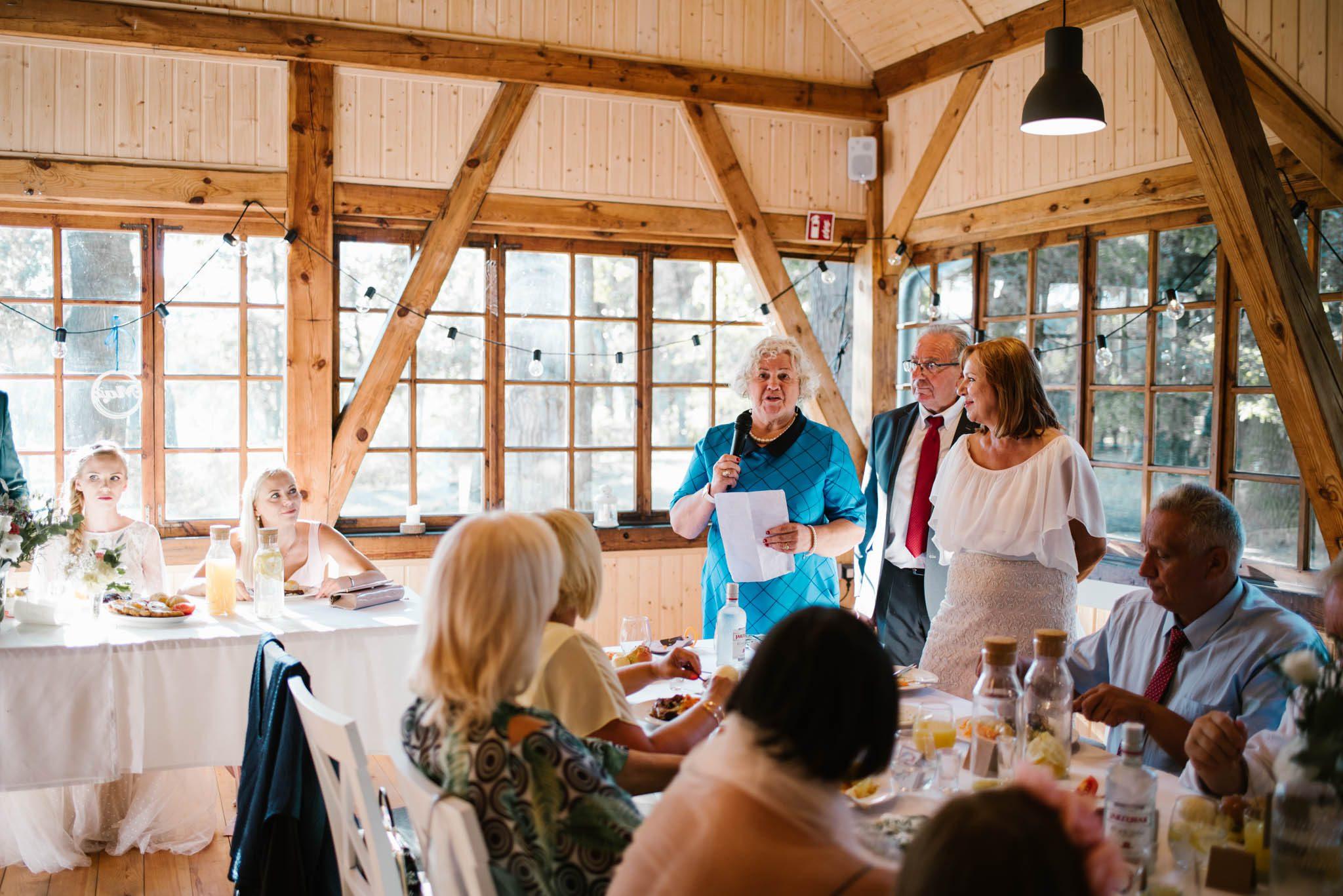 Pani odczytuje przemówienie na weselu - sesja ślubna na Wyspie Św. Edwarda Zaniemyśl