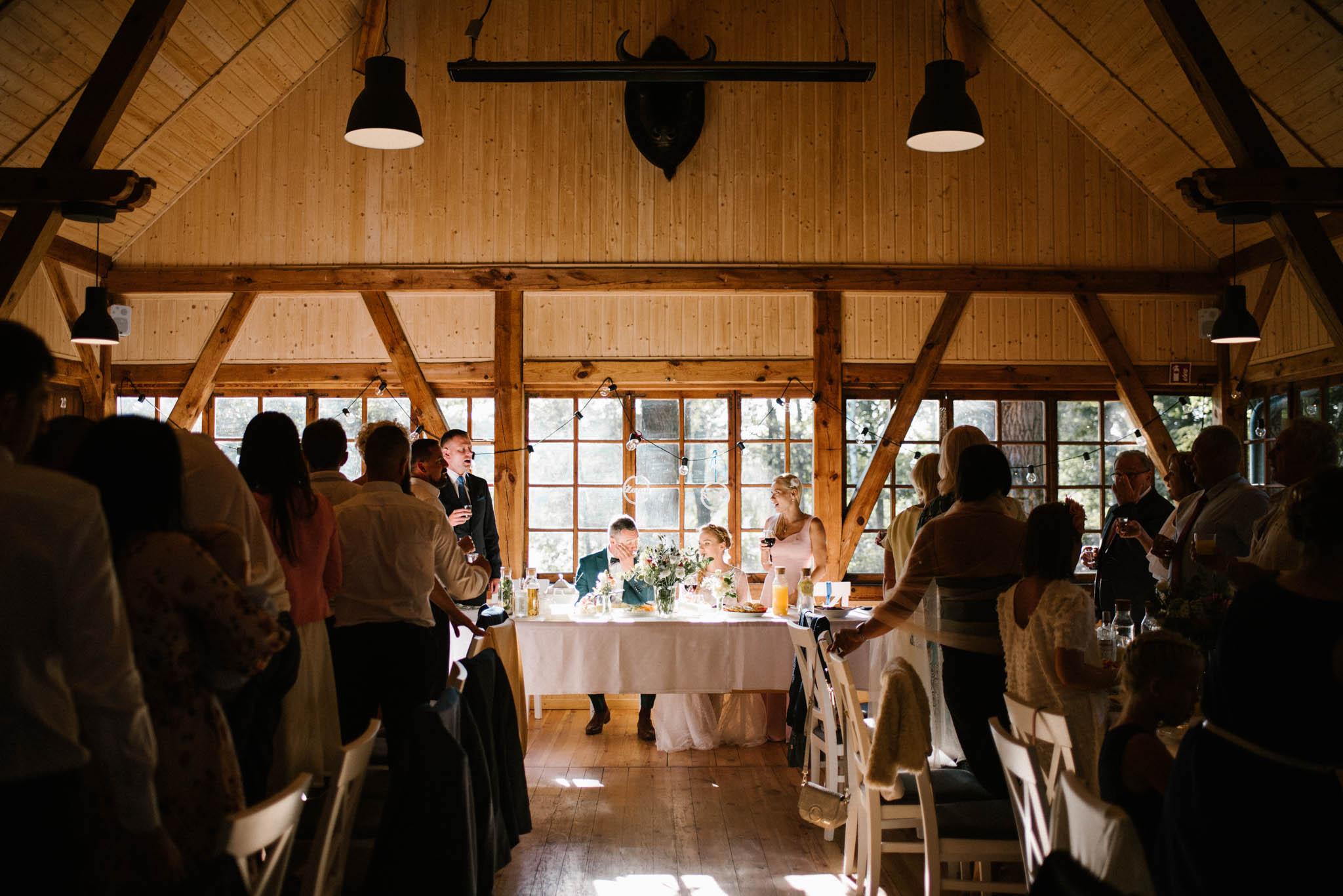 Goście śpiewają parze młodej sto lat - sesja ślubna na Wyspie Św. Edwarda Zaniemyśl