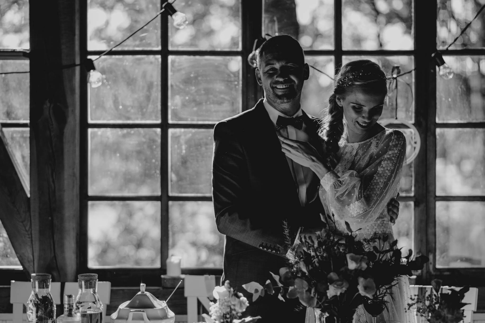 Pan i pani młoda stoją przy stole - sesja ślubna na Wyspie Św. Edwarda Zaniemyśl