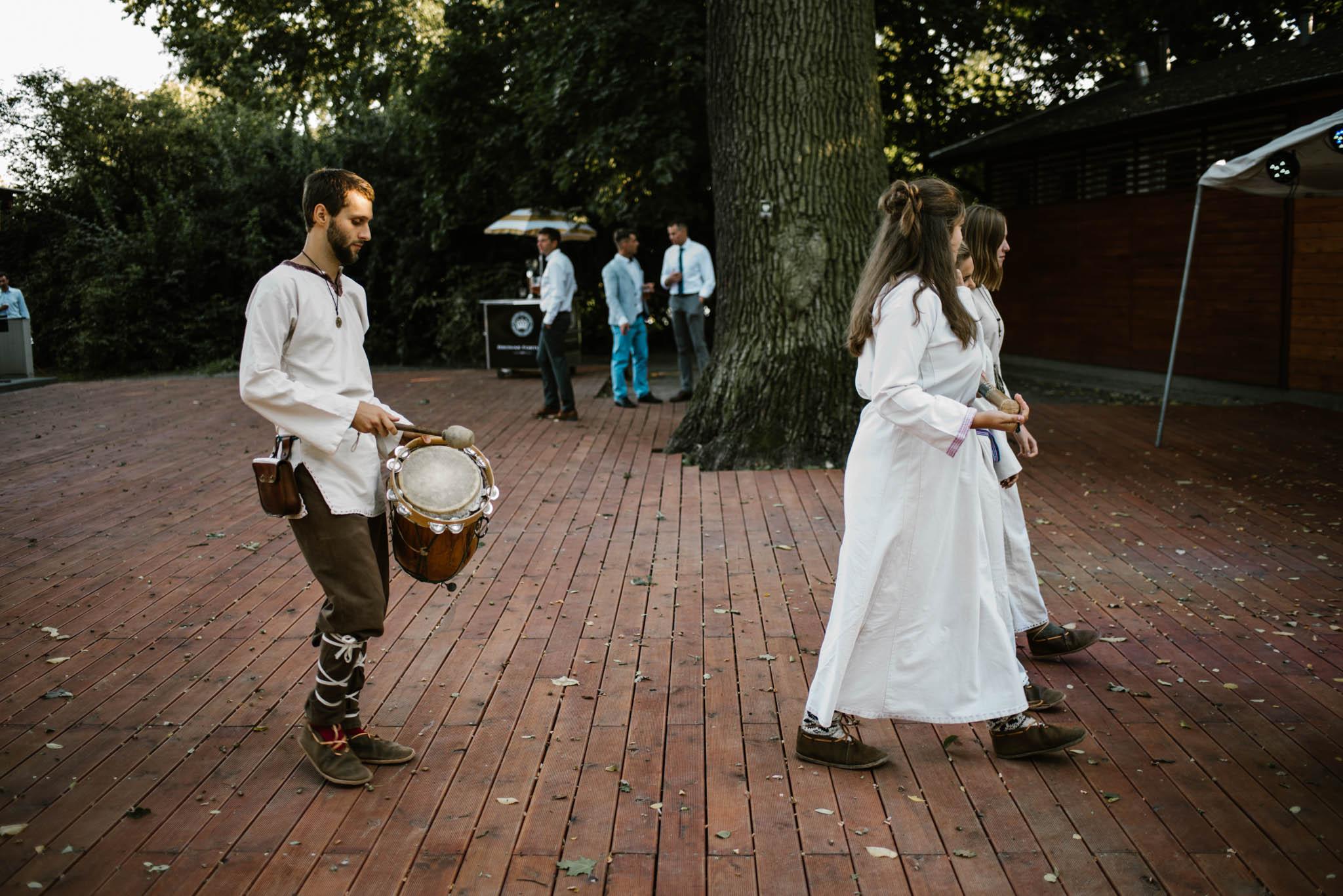 Obsługa gra na instrumentach ludowych - sesja ślubna na Wyspie Św. Edwarda Zaniemyśl