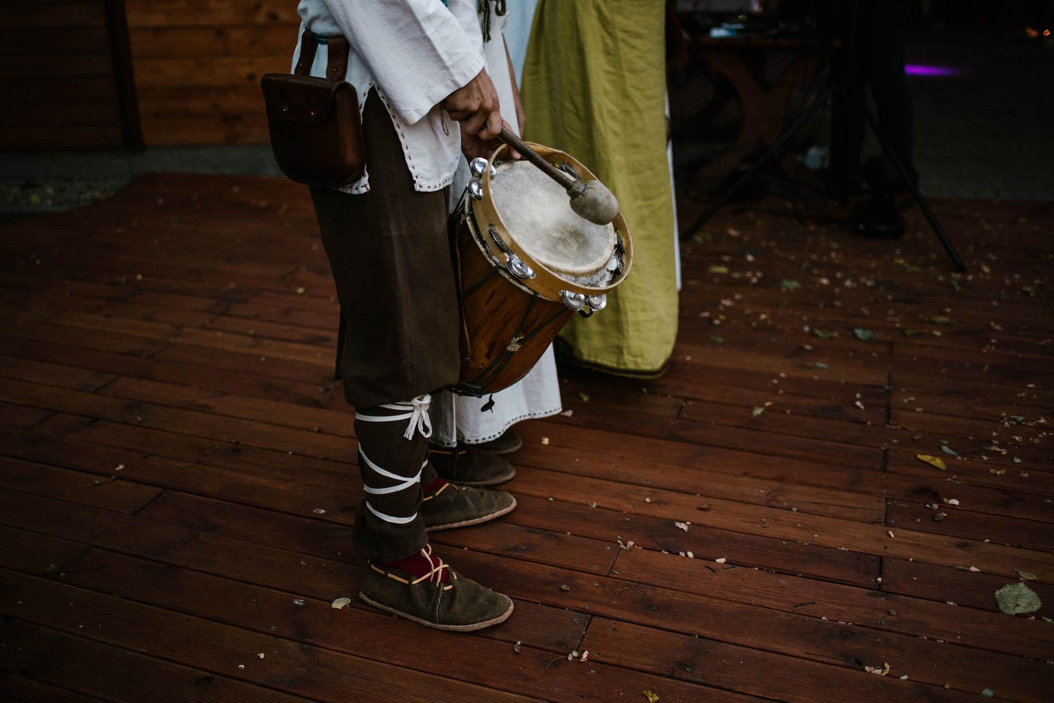 Pan gra na bębnie na weselu - sesja ślubna na Wyspie Św. Edwarda Zaniemyśl