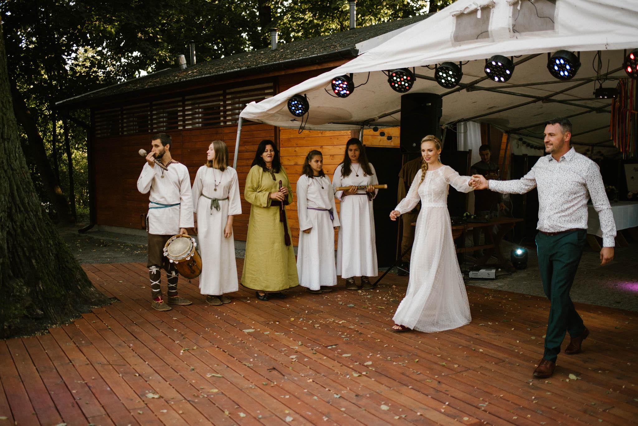 Para młoda szykuje się do pierwszego tańca - sesja ślubna na Wyspie Św. Edwarda Zaniemyśl
