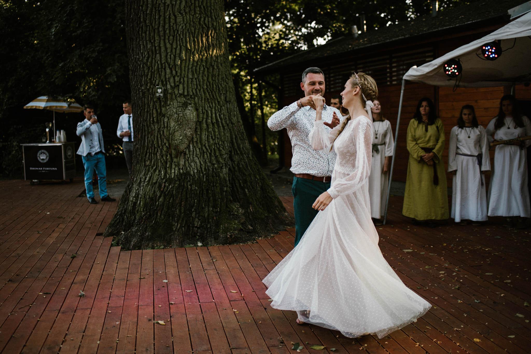 Pierwszy taniec pary młodej - sesja ślubna na Wyspie Św. Edwarda Zaniemyśl