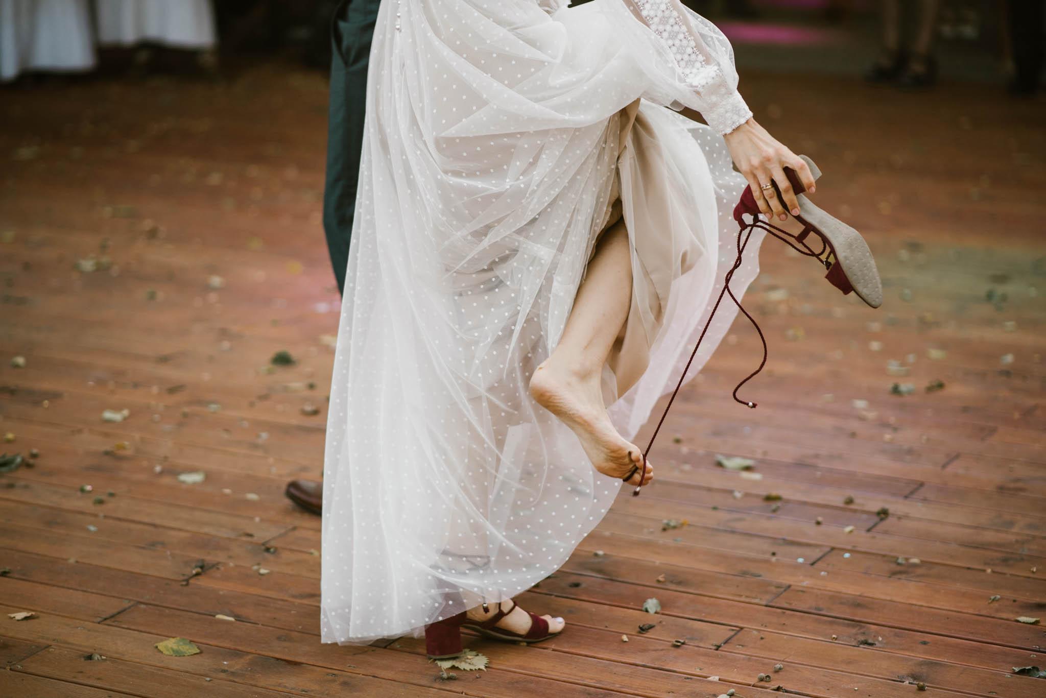 Panna młoda ściąga buty ślubne - sesja ślubna na Wyspie Św. Edwarda Zaniemyśl