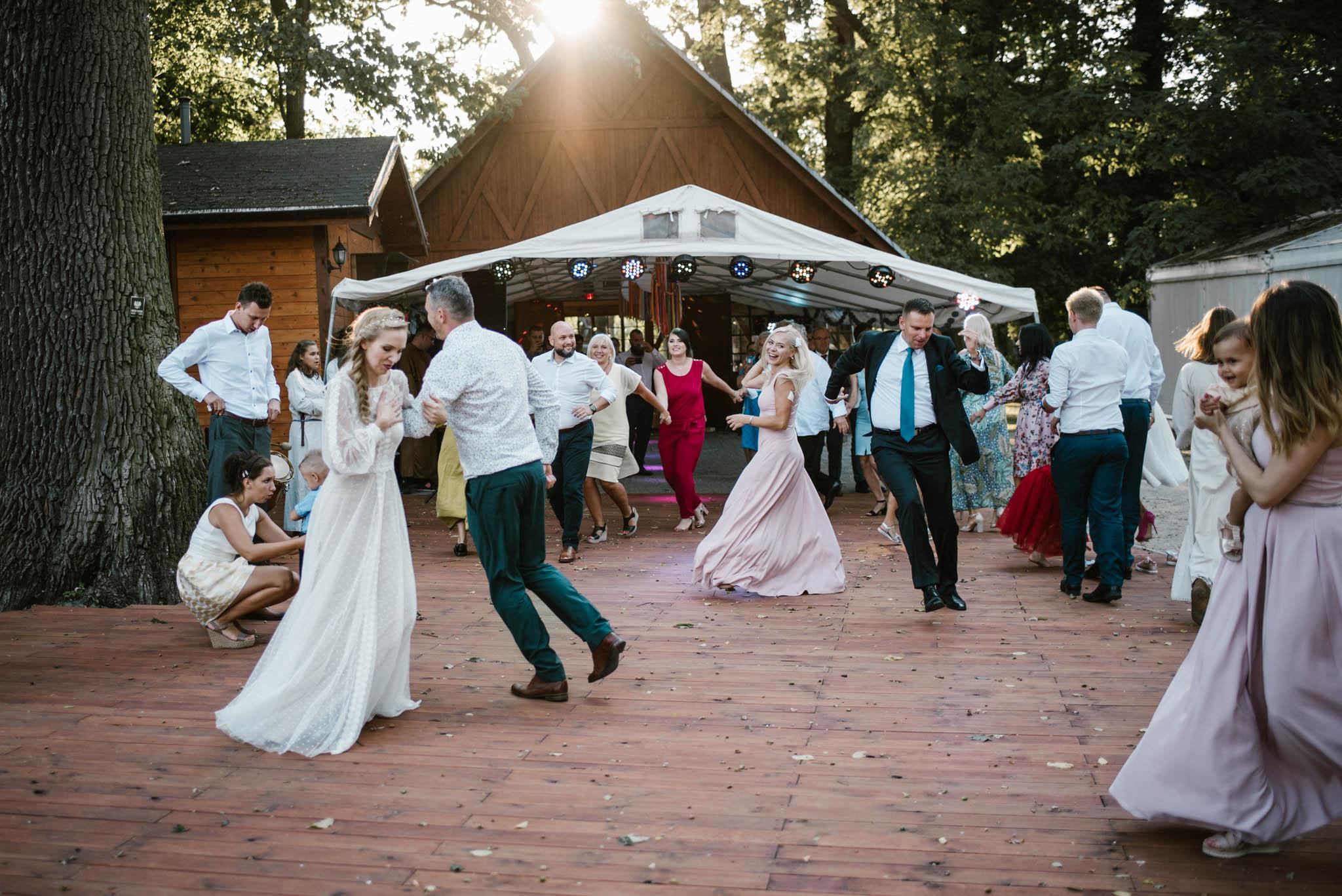 Goście tańczą na weselu - sesja ślubna na Wyspie Św. Edwarda Zaniemyśl
