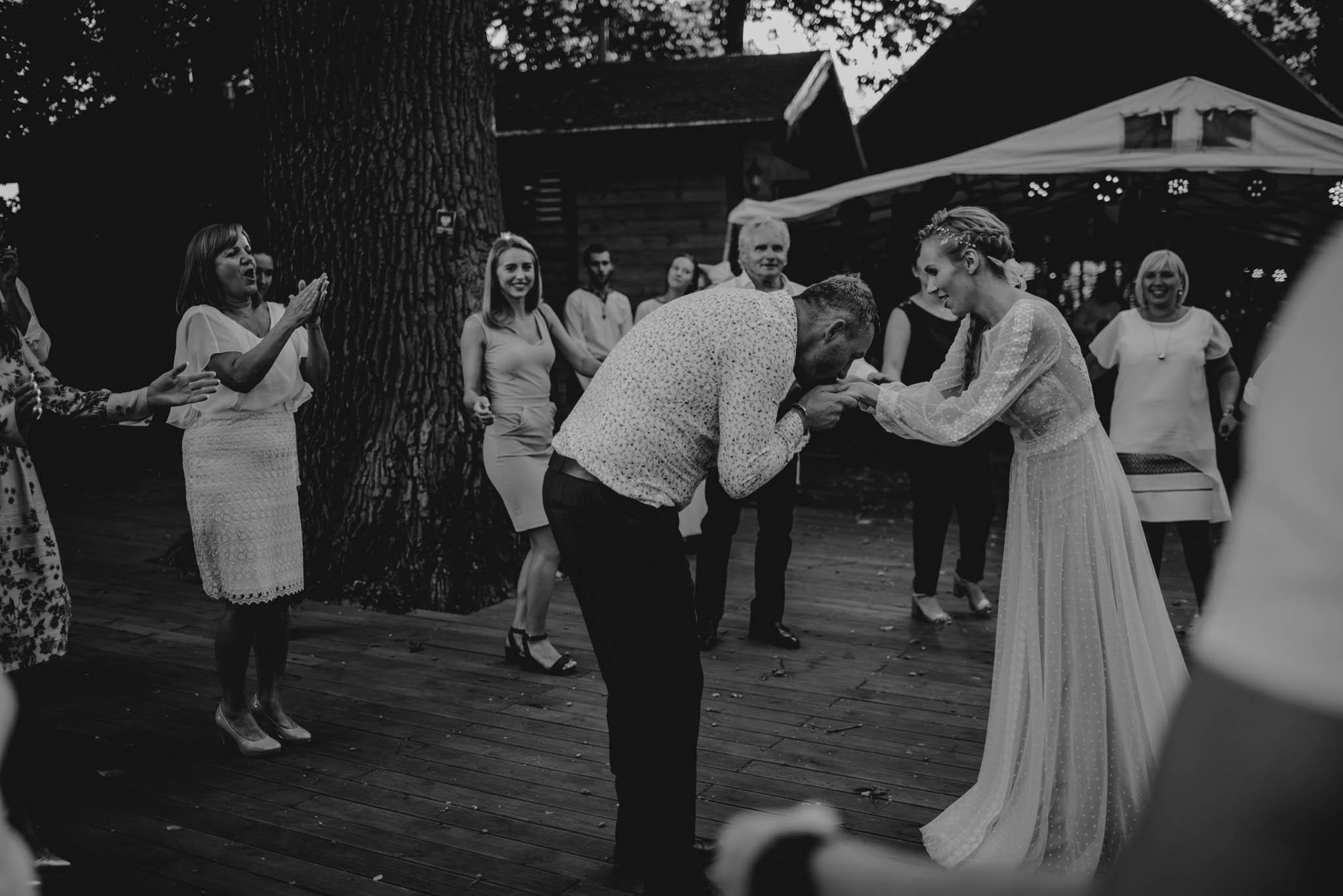 Pan młody prosi panią młodą do tańca - sesja ślubna na Wyspie Św. Edwarda Zaniemyśl