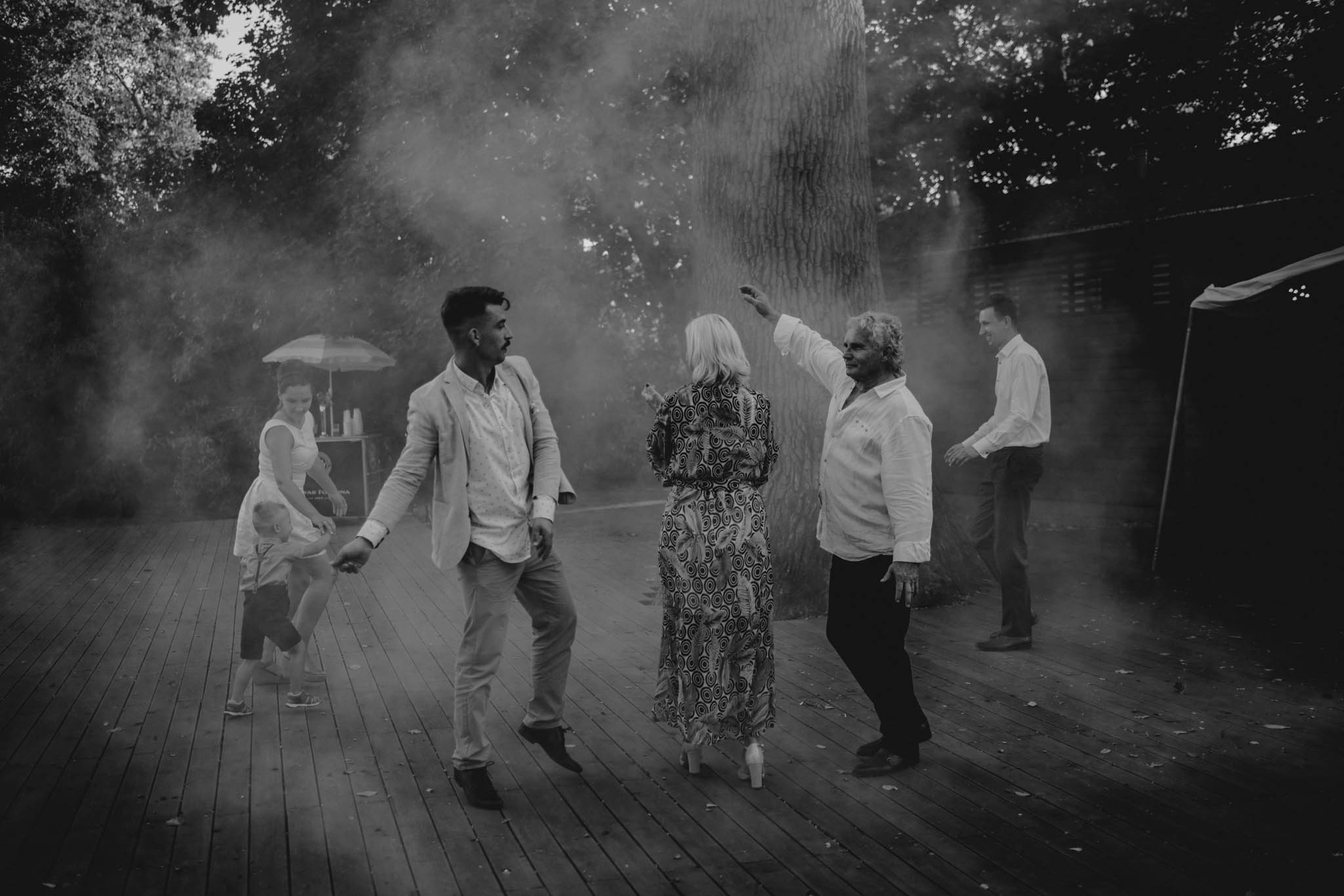 Weselnicy tańczą na parkiecie - sesja ślubna na Wyspie Św. Edwarda Zaniemyśl