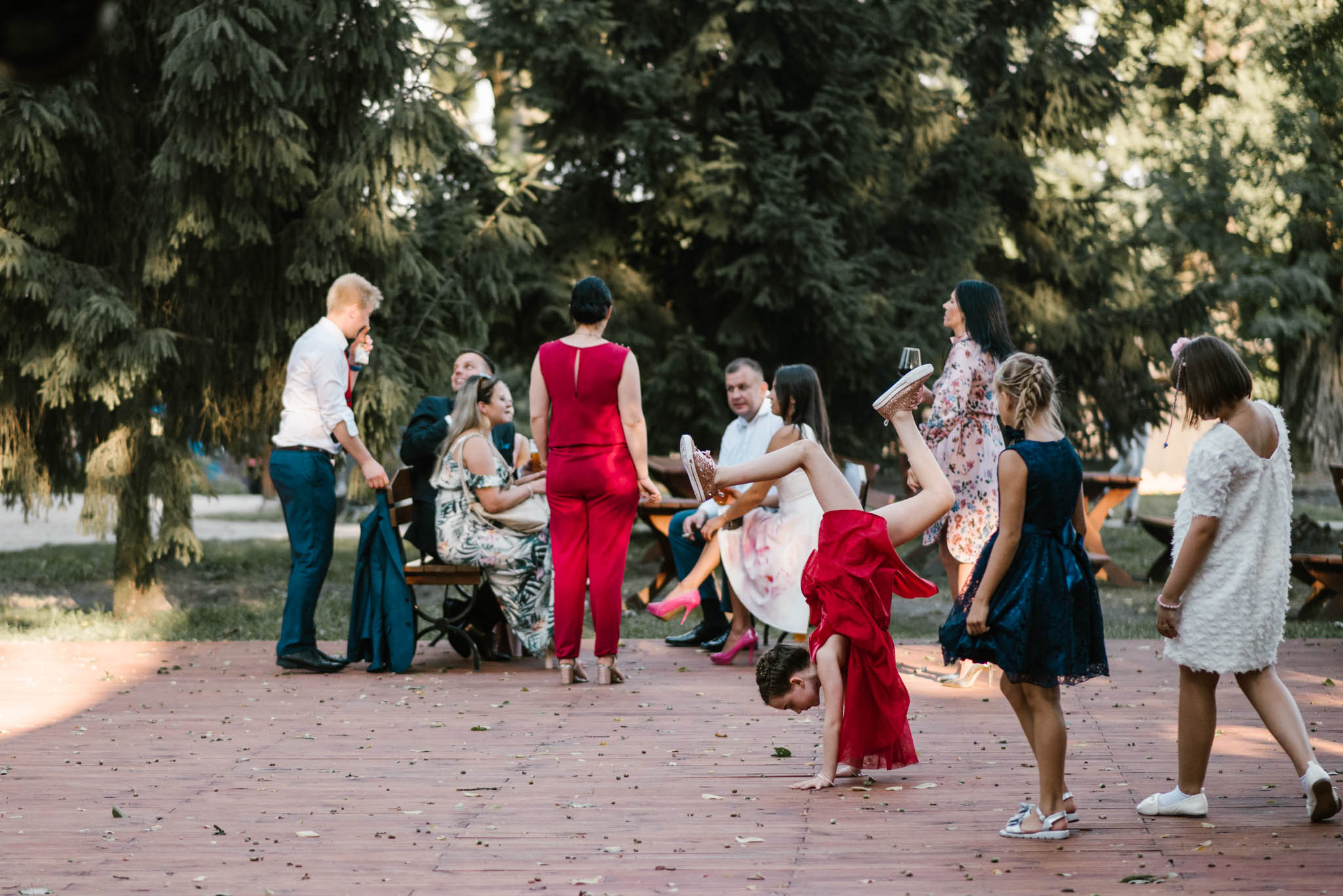 Zabawa dzieci na weselu - sesja ślubna na Wyspie Św. Edwarda Zaniemyśl