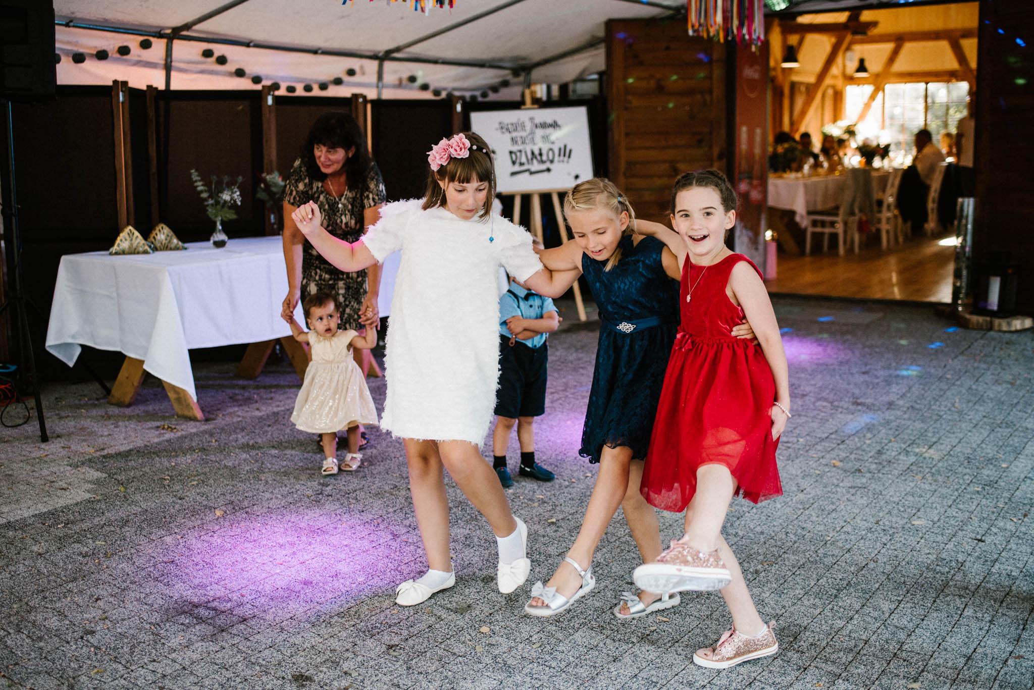 Dzieci tańczą na parkiecie sali weselnej - sesja ślubna na Wyspie Św. Edwarda Zaniemyśl