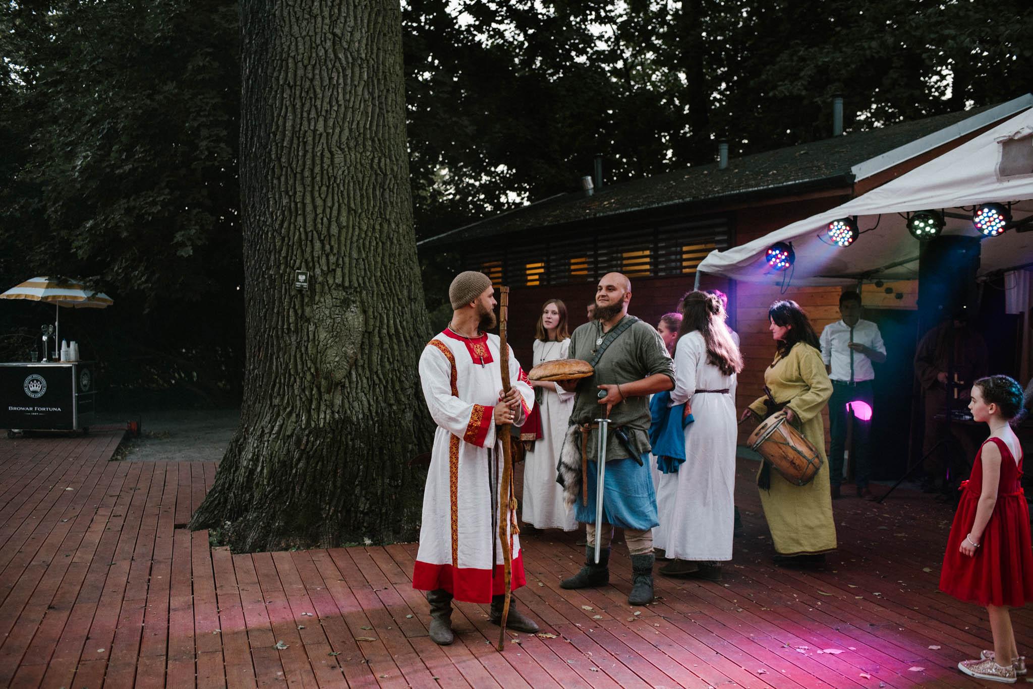 wojowie na weselu - sesja ślubna na Wyspie Św. Edwarda Zaniemyśl