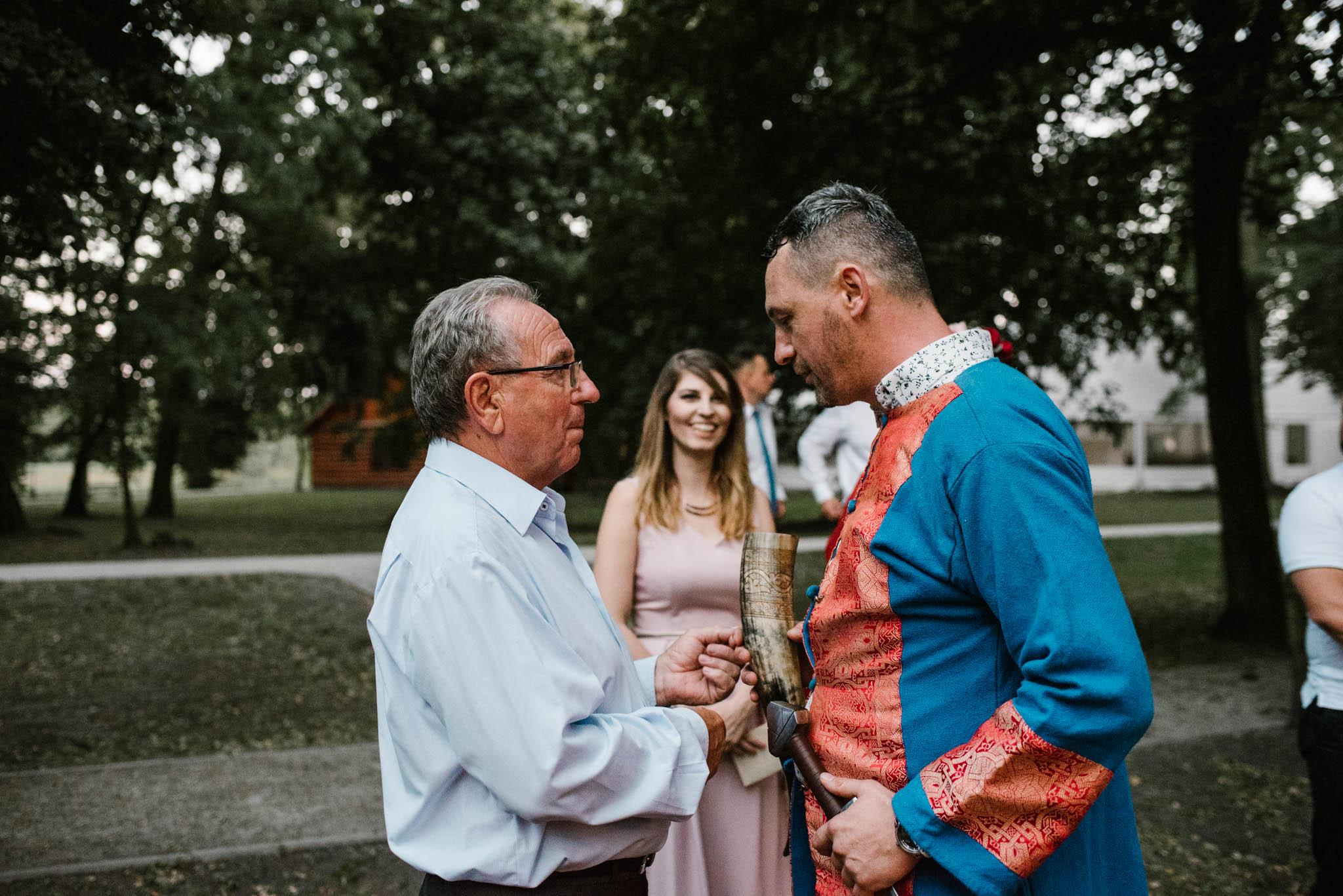 Pan młody rozmawia z ojcem - sesja ślubna na Wyspie Św. Edwarda Zaniemyśl
