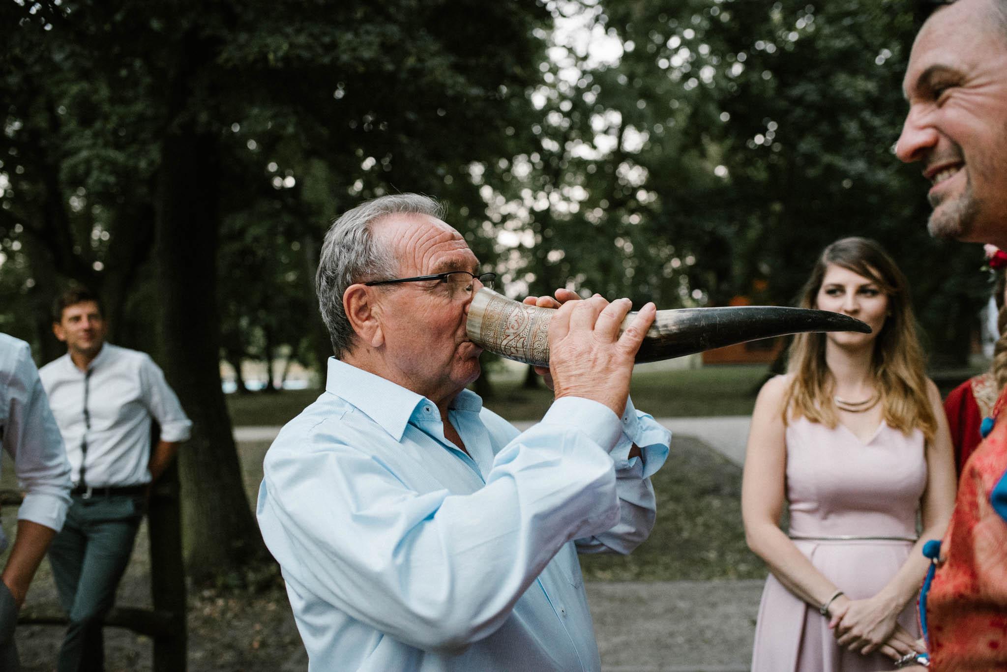 Ojciec pana młodego pije z rogu - sesja ślubna na Wyspie Św. Edwarda Zaniemyśl