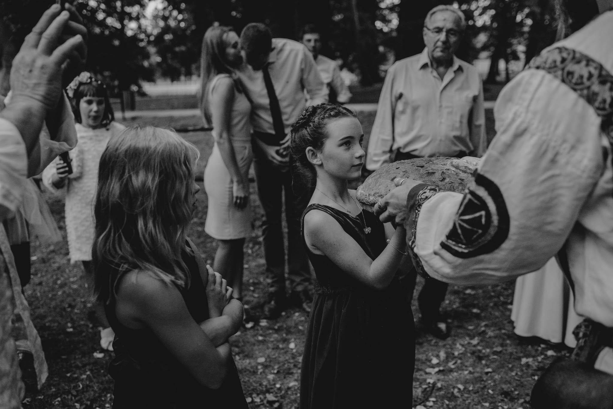 Dziewczynka trzyma chleb - sesja ślubna na Wyspie Św. Edwarda Zaniemyśl