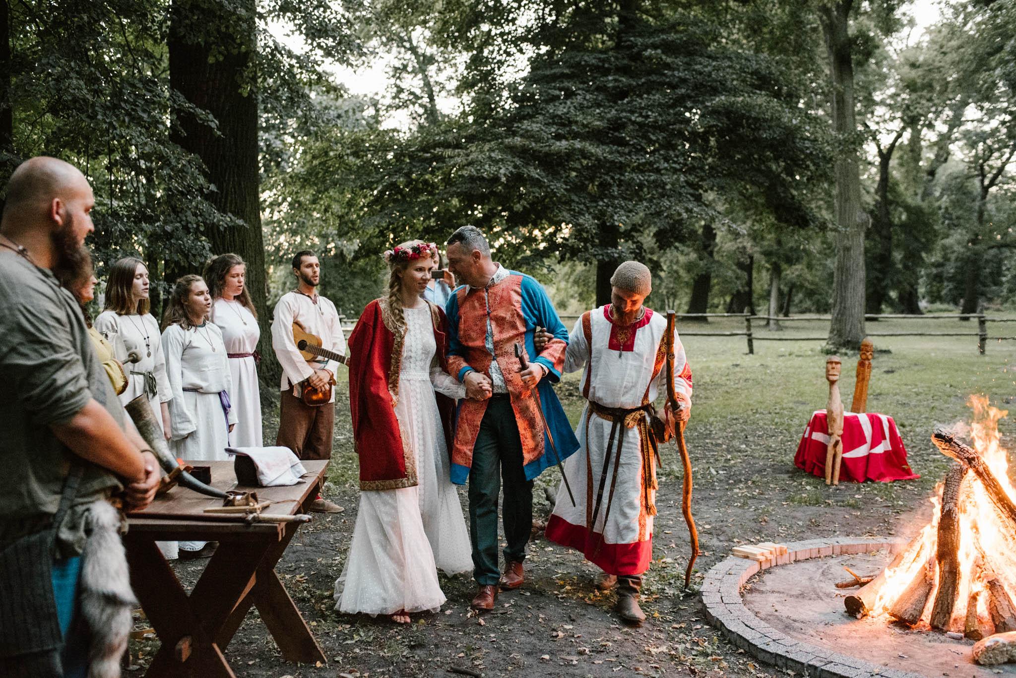 Para młoda stoi przy ognisku - sesja ślubna na Wyspie Św. Edwarda Zaniemyśl