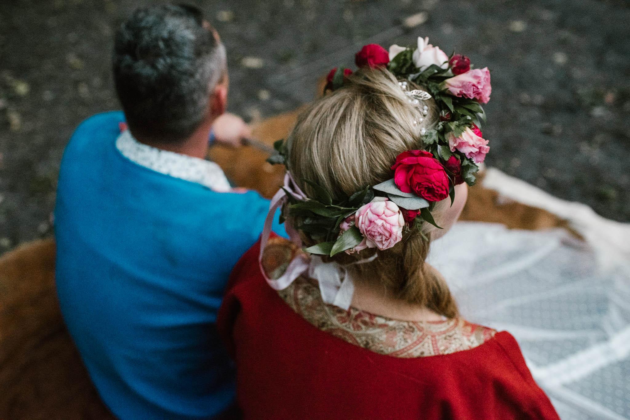 Małżeństwo siedzi na skórze - sesja ślubna na Wyspie Św. Edwarda Zaniemyśl