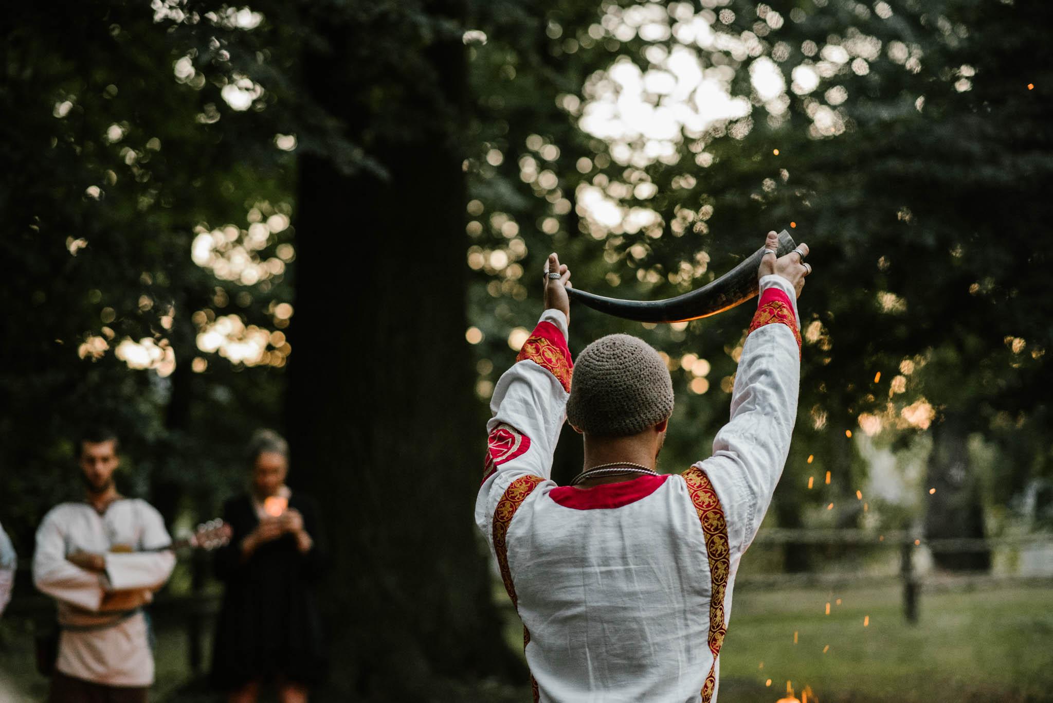 Mężczyzna trzyma róg - sesja ślubna na Wyspie Św. Edwarda Zaniemyśl