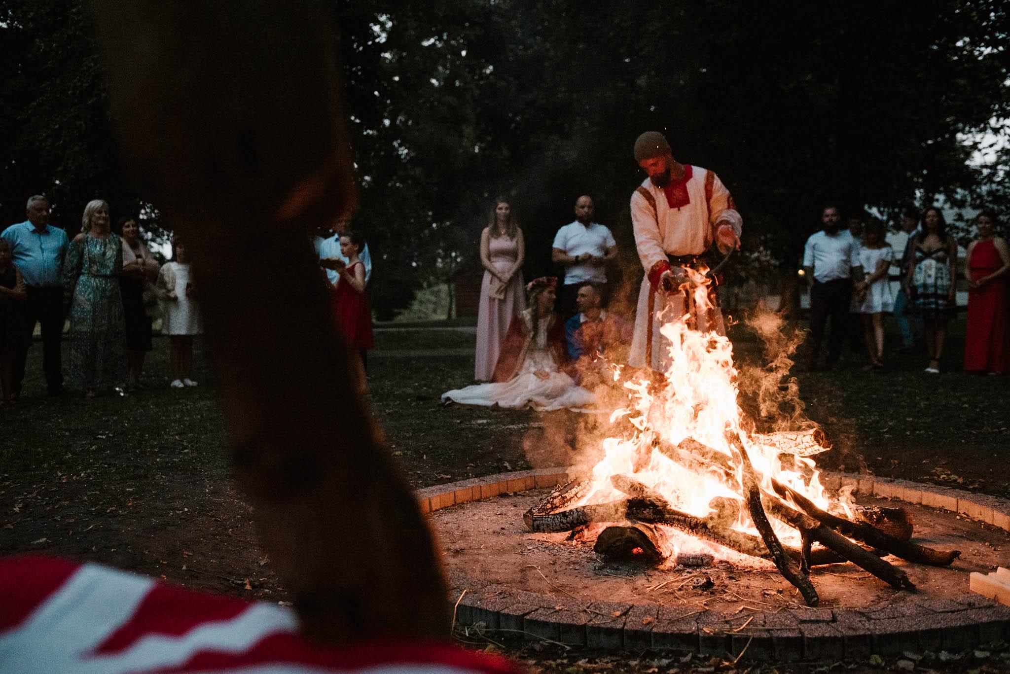 Para młoda przy ognisku - sesja ślubna na Wyspie Św. Edwarda Zaniemyśl