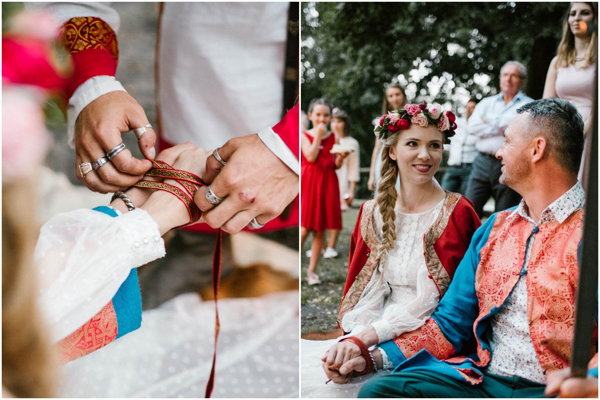 Państwo młodzi trzymają się za ręce - sesja ślubna na Wyspie Św. Edwarda Zaniemyśl