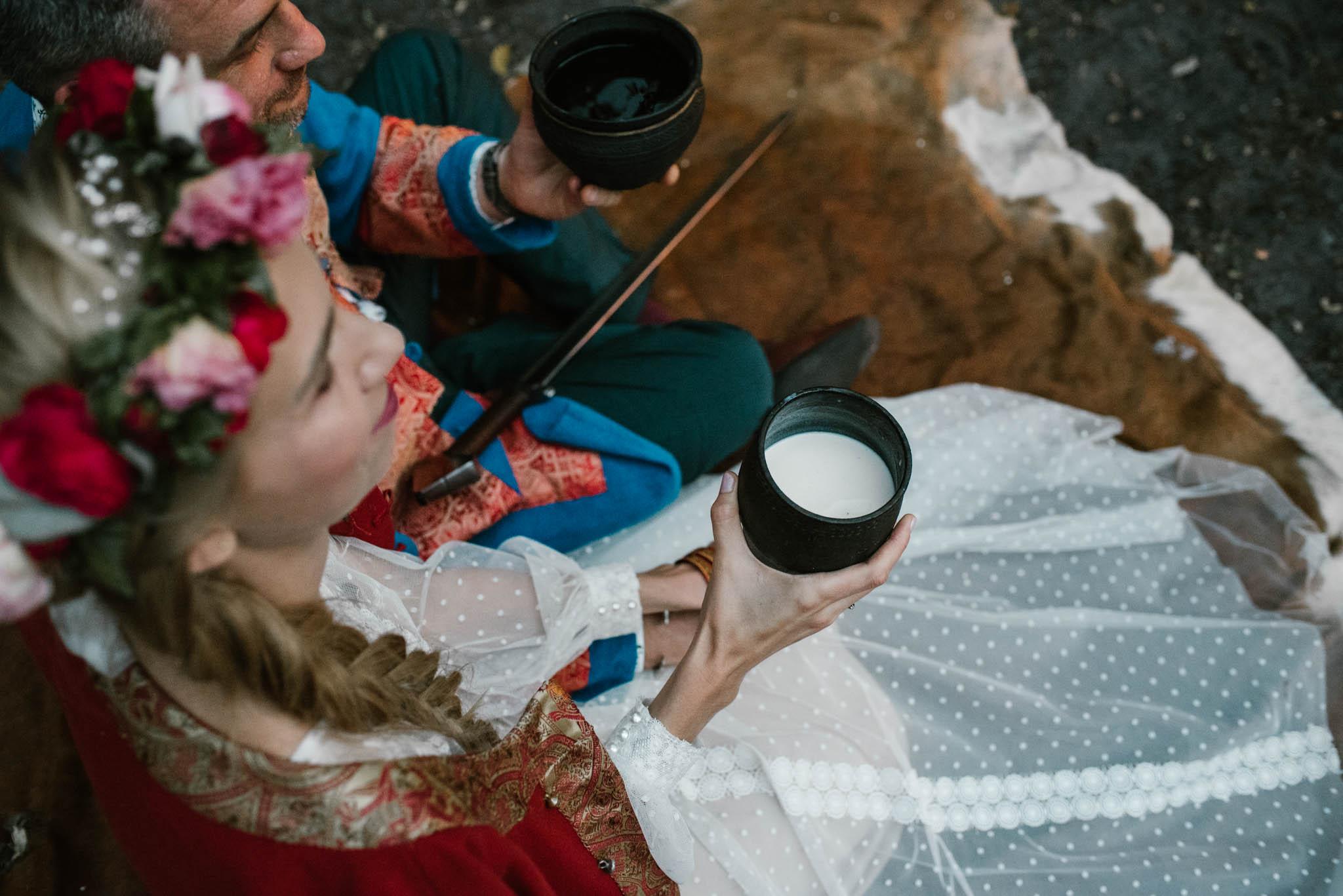 Państwo młodzi piją napój - sesja ślubna na Wyspie Św. Edwarda Zaniemyśl