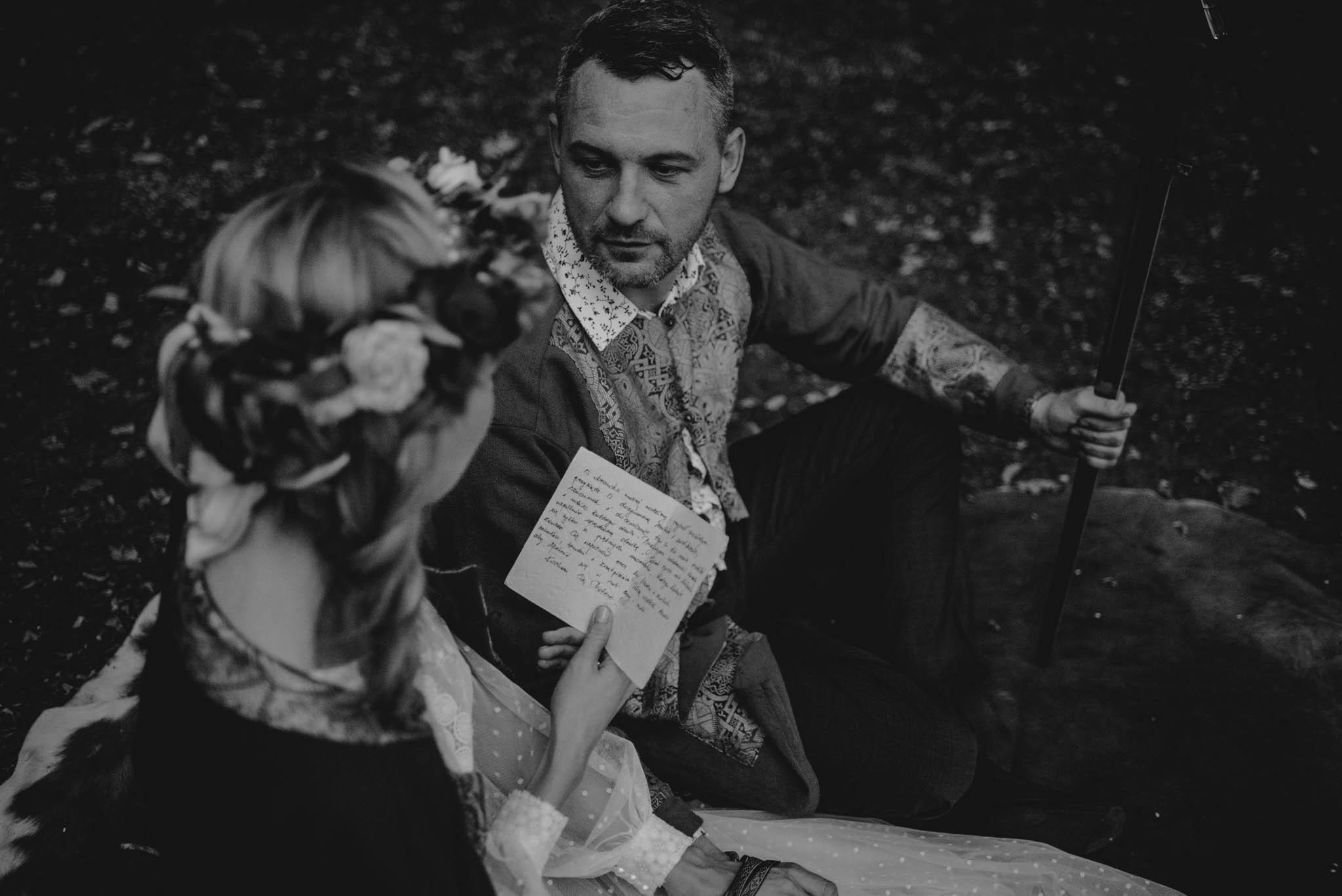 Panna młoda czyta książkę panu młodemu - sesja ślubna na Wyspie Św. Edwarda Zaniemyśl