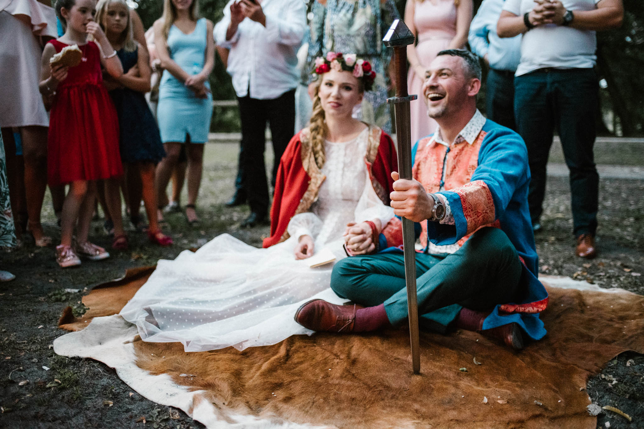 Para młoda siedzi i się uśmiecha - sesja ślubna na Wyspie Św. Edwarda Zaniemyśl