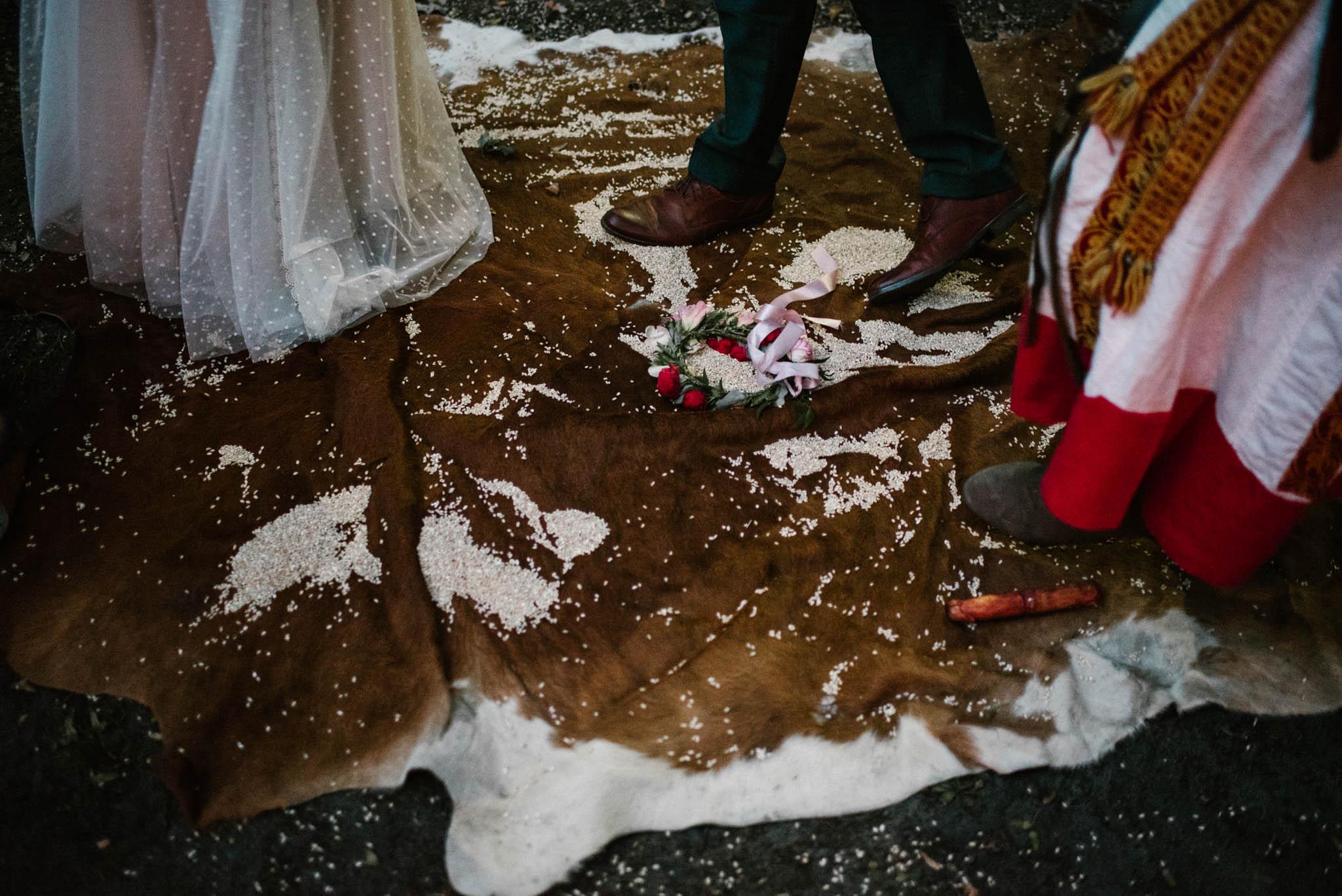 Nowożeńcy stoją na skórze - sesja ślubna na Wyspie Św. Edwarda Zaniemyśl