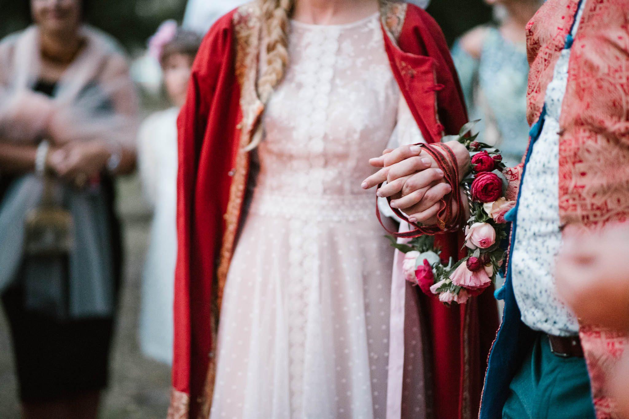Para młoda ma splecione ręce - sesja ślubna na Wyspie Św. Edwarda Zaniemyśl