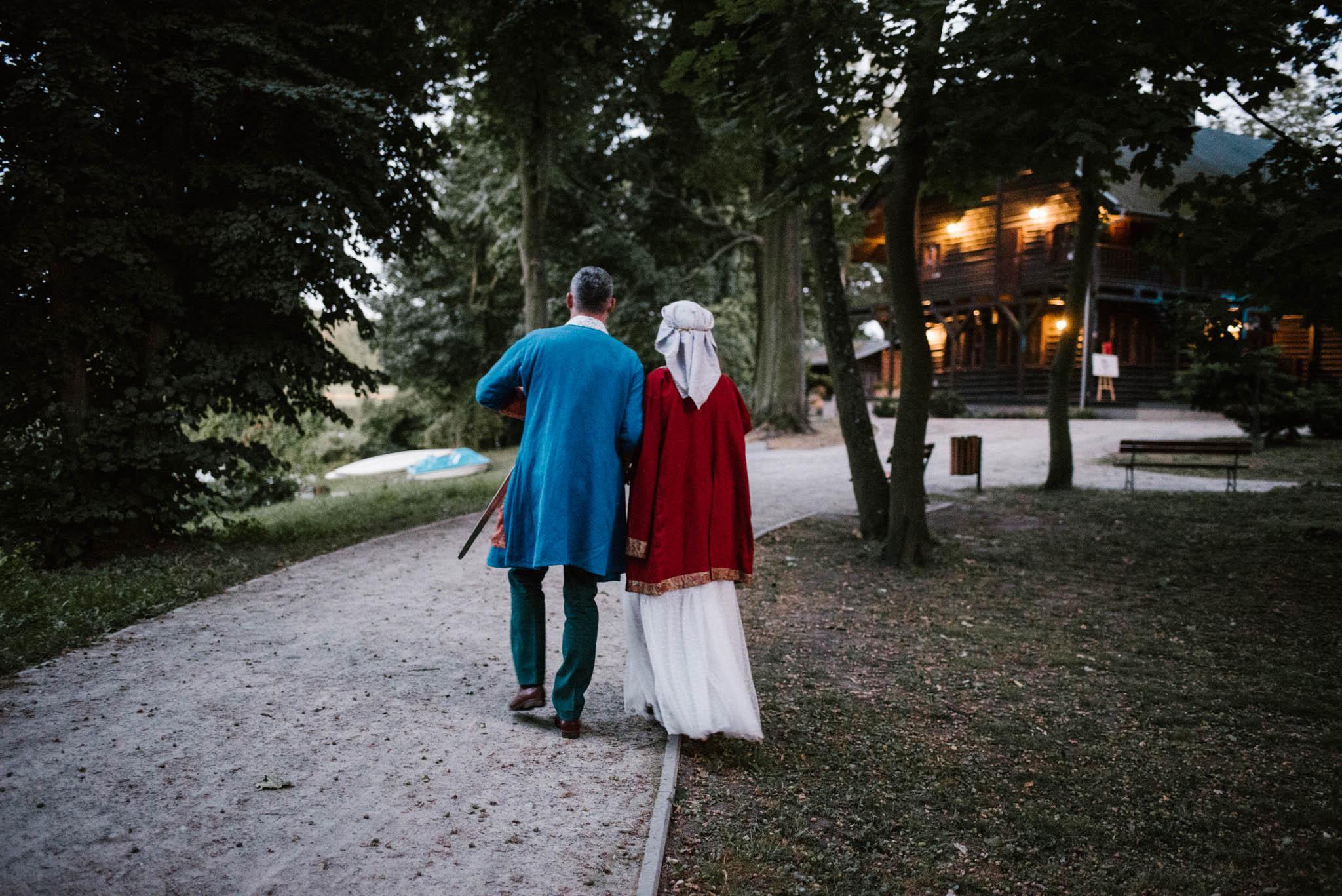 Państwo młodzi spacerują - sesja ślubna na Wyspie Św. Edwarda Zaniemyśl