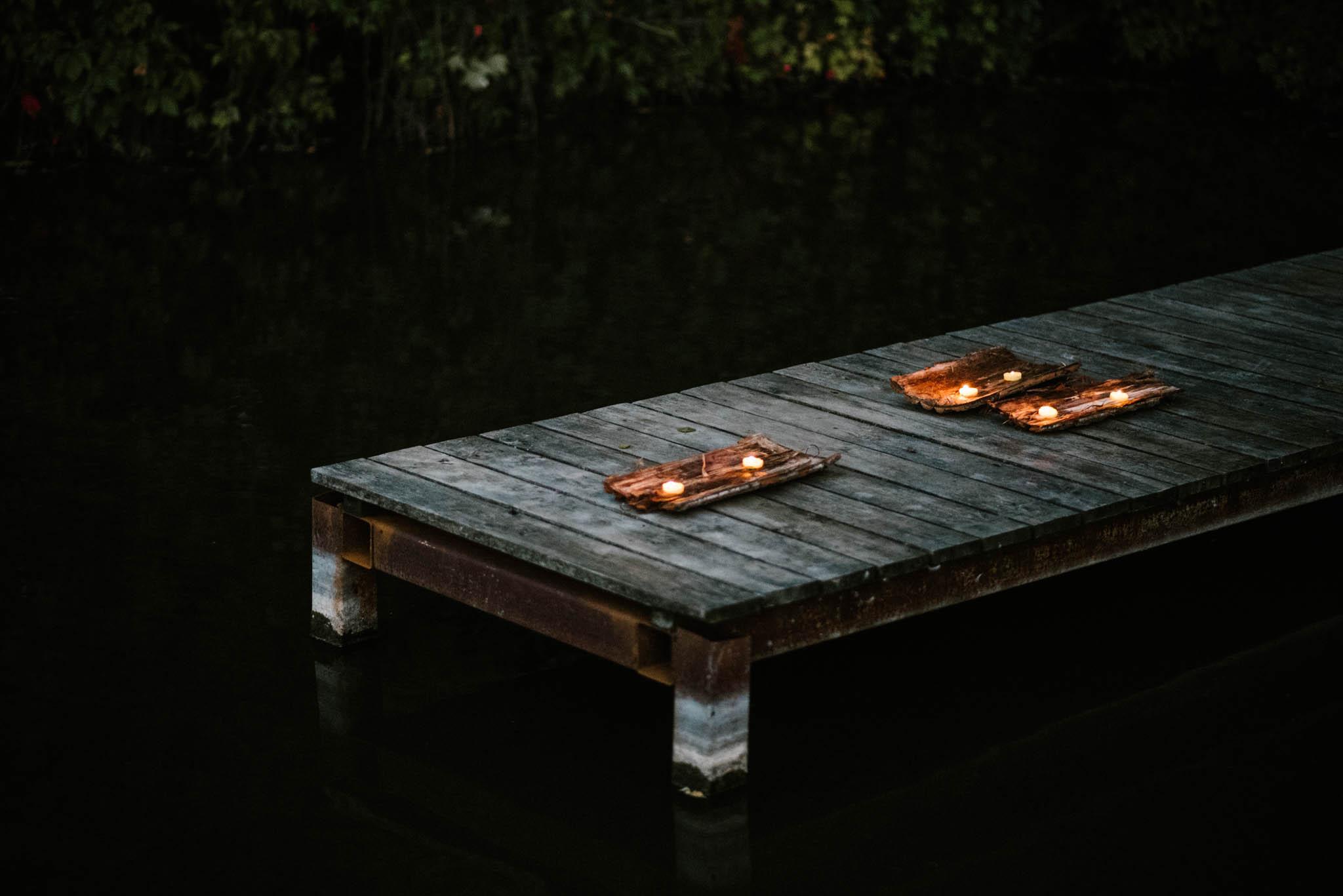 Zapalone świeczki na pomoście - sesja ślubna na Wyspie Św. Edwarda Zaniemyśl
