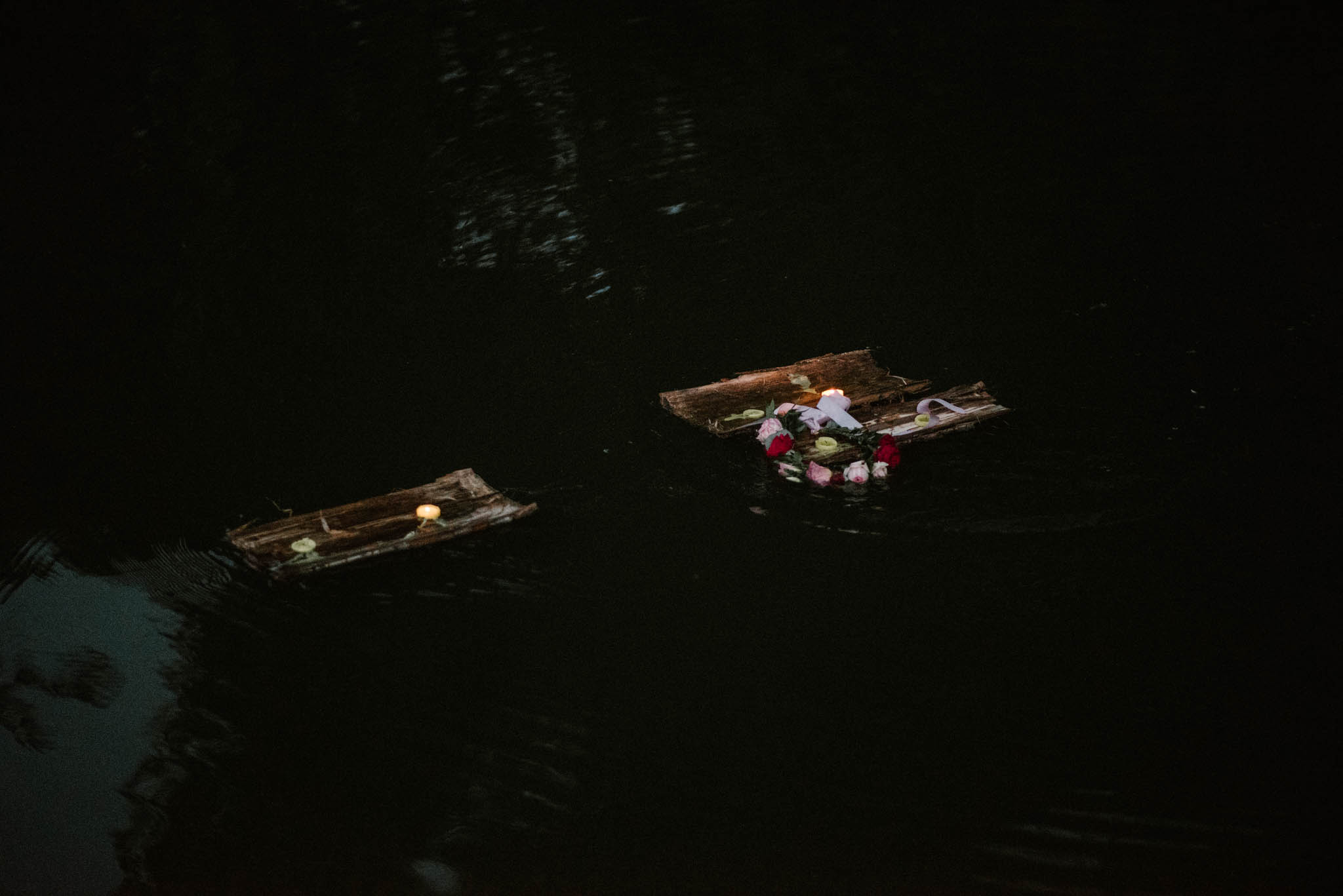 Łódeczki ze świecami płyną po wodzie - sesja ślubna na Wyspie Św. Edwarda Zaniemyśl