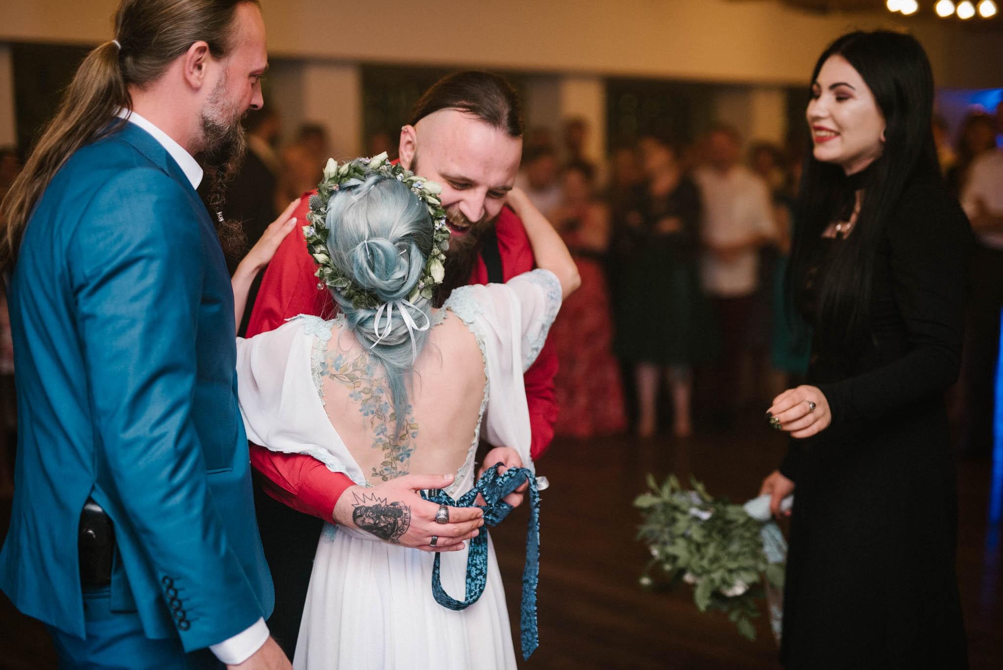Pani młoda gratuluje wygranemu zabawy - Sesja ślubna w Miłosławiu w Bagatelce