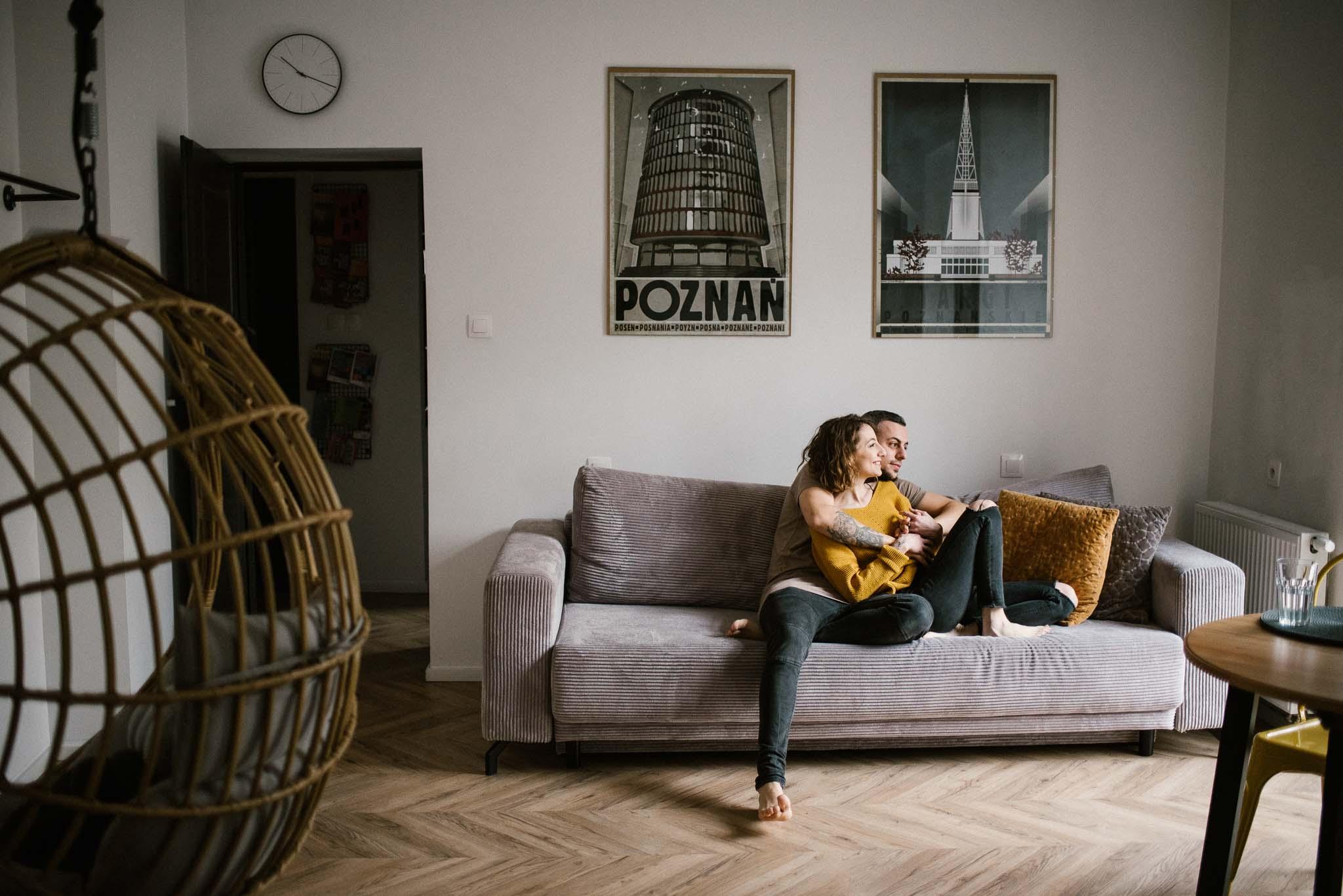Para przytula się na sofie - sesja sensualna pary lifestyle w Poznaniu
