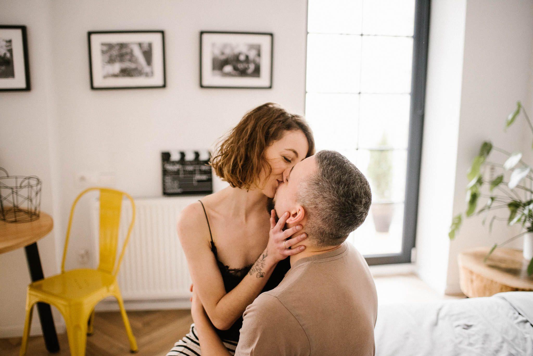 Para siedzi na łóżku i się całuje - sesja sensualna pary lifestyle w Poznaniu