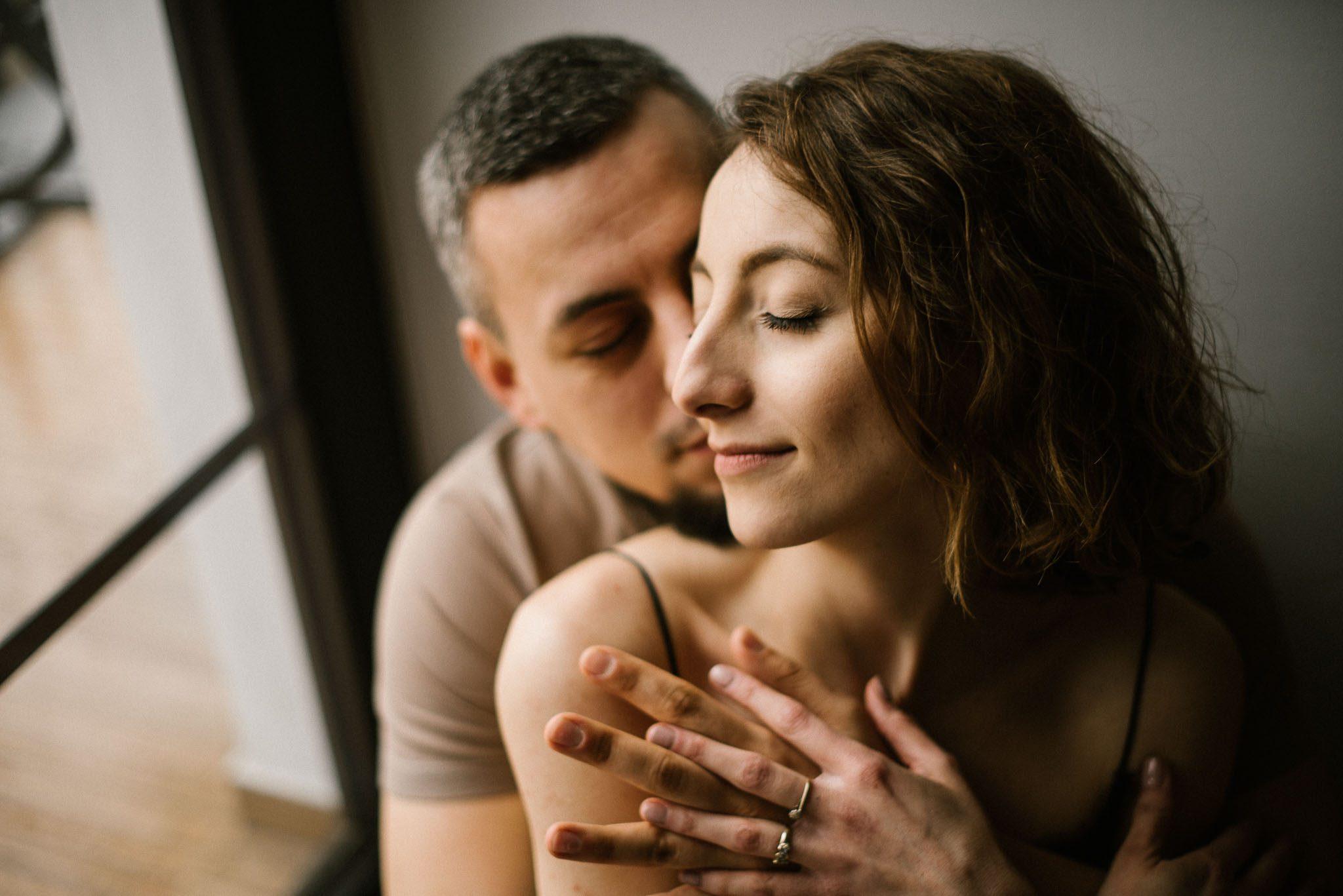 Para siedzi i się dotyka namiętnie - sesja sensualna pary lifestyle w Poznaniu